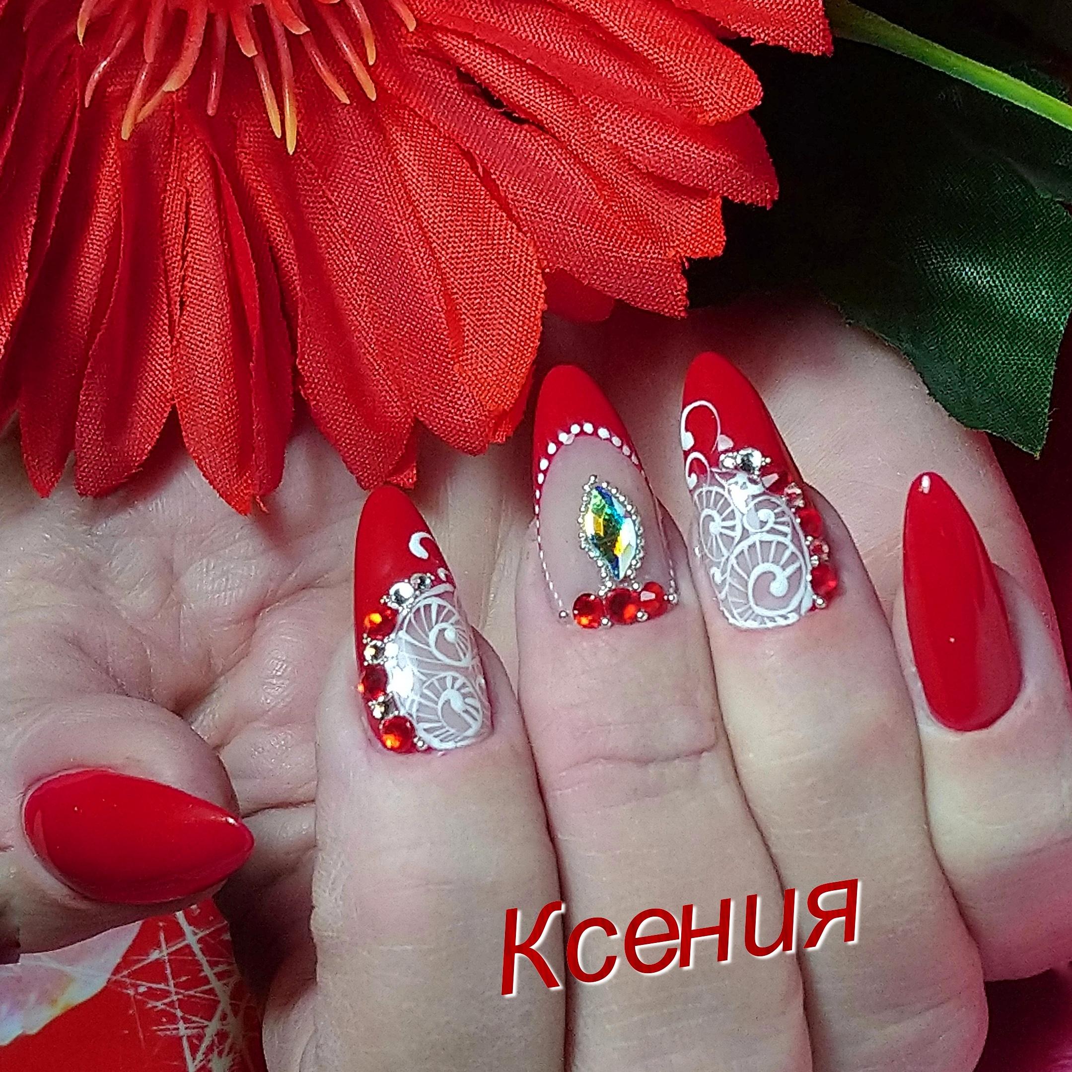 Маникюр с кружевным дизайном и стразами в красном цвете.