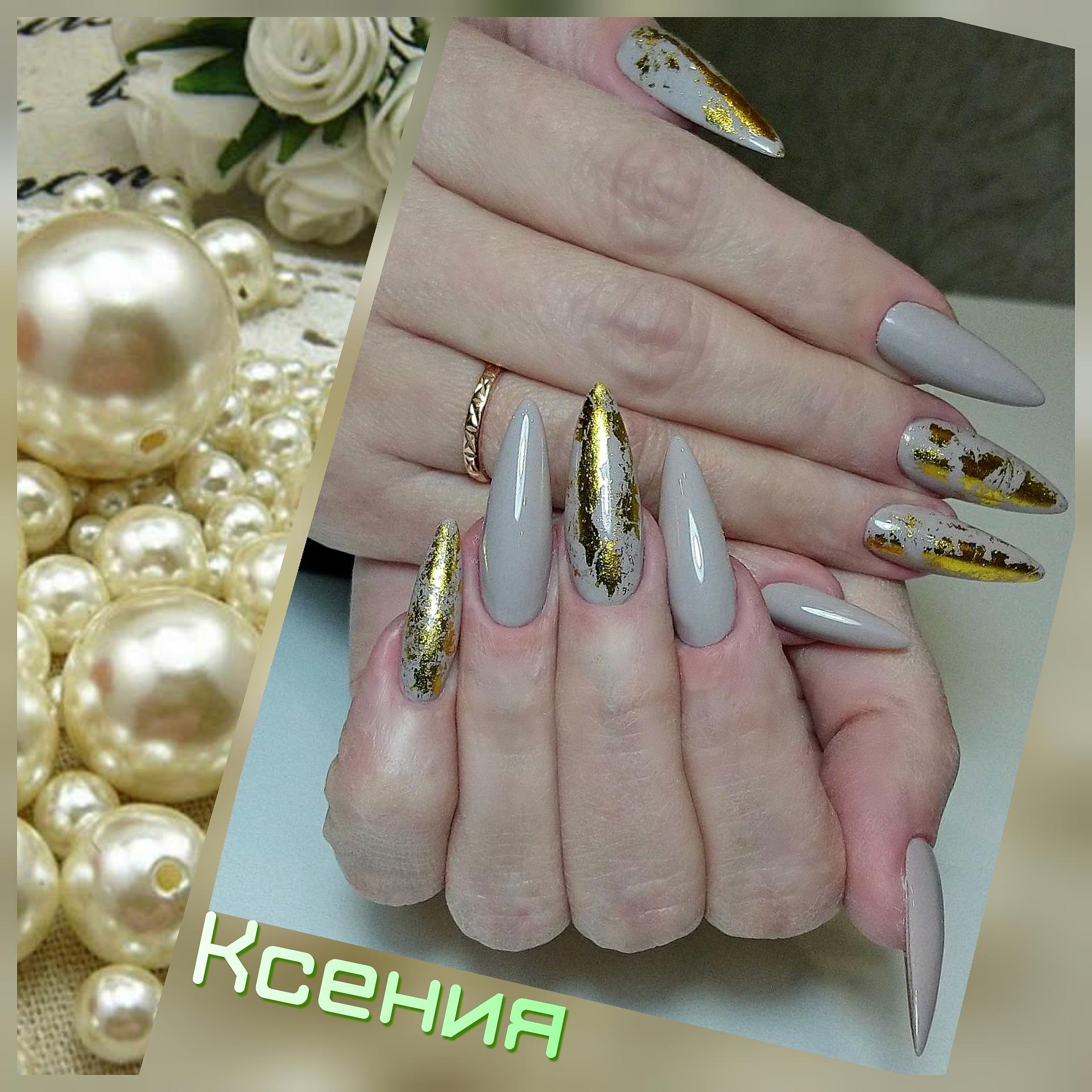 Маникюр с золотой фольгой в сером цвете на длинные ногти.