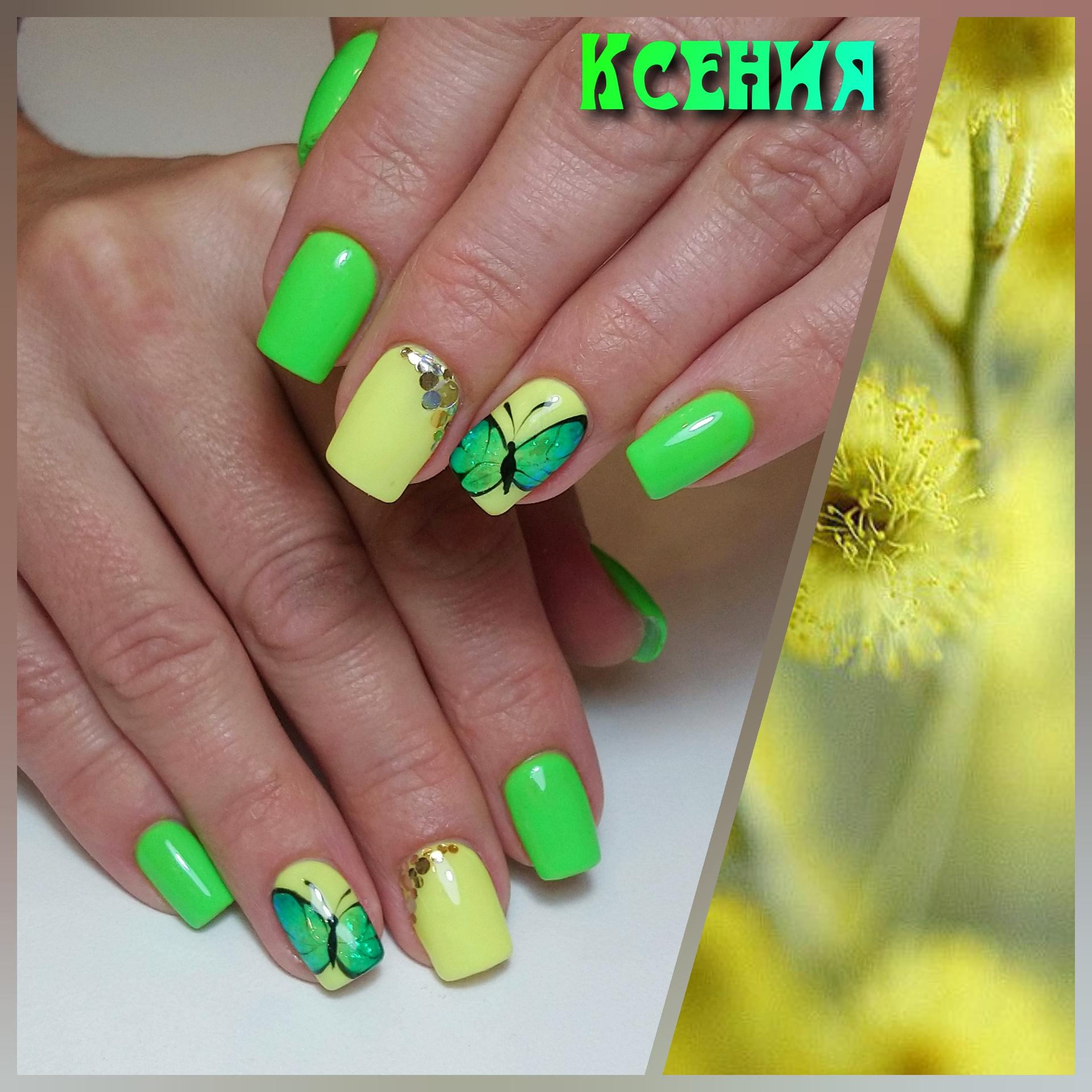 Маникюр с бабочками в кислотном цвете на короткие ногти.