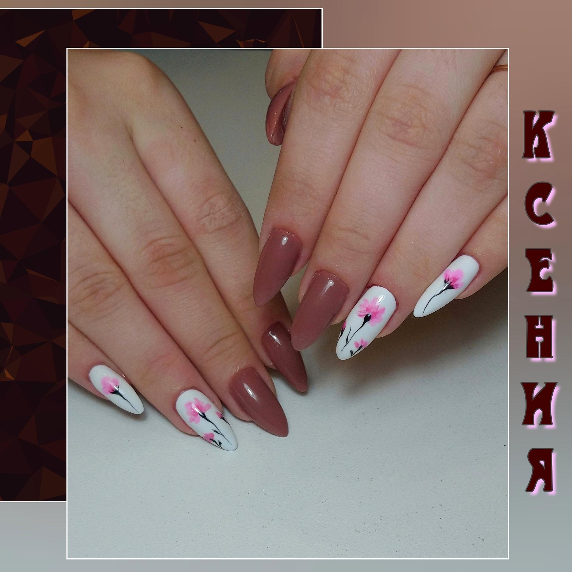 Маникюр с цветочным рисунком в коричневом цвете на длинные ногти.