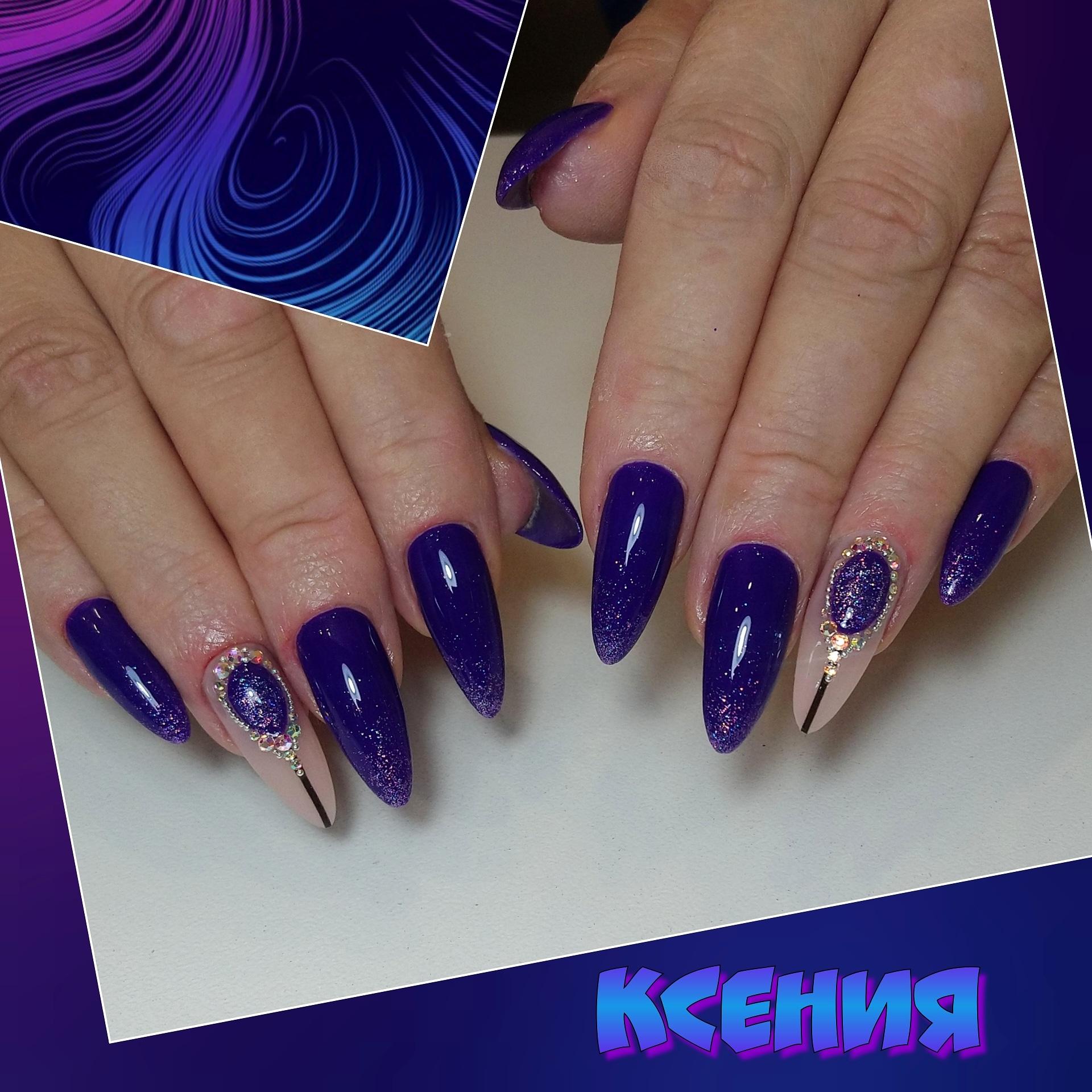 Маникюр со стразами в синем цвете на длинные ногти.