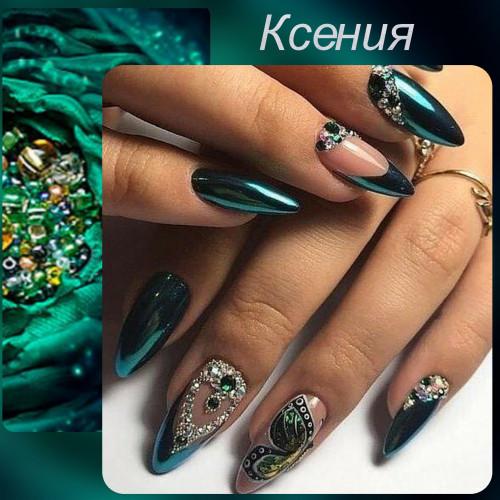 Длинные ногти гармонируют с блестками и стразами.