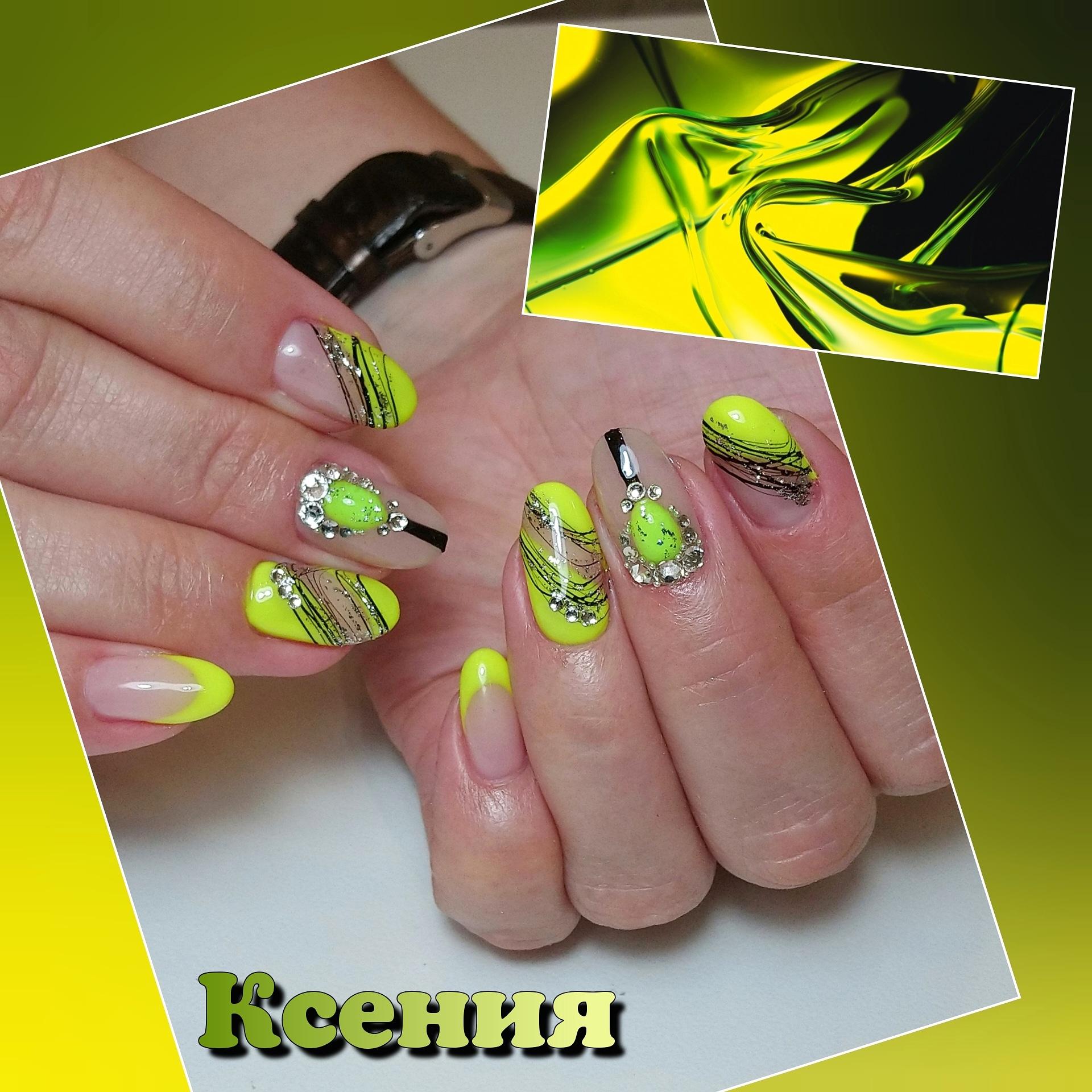 Маникюр с паутинкой, стразами и френч-дизайном в желтом цвете на короткие ногти.