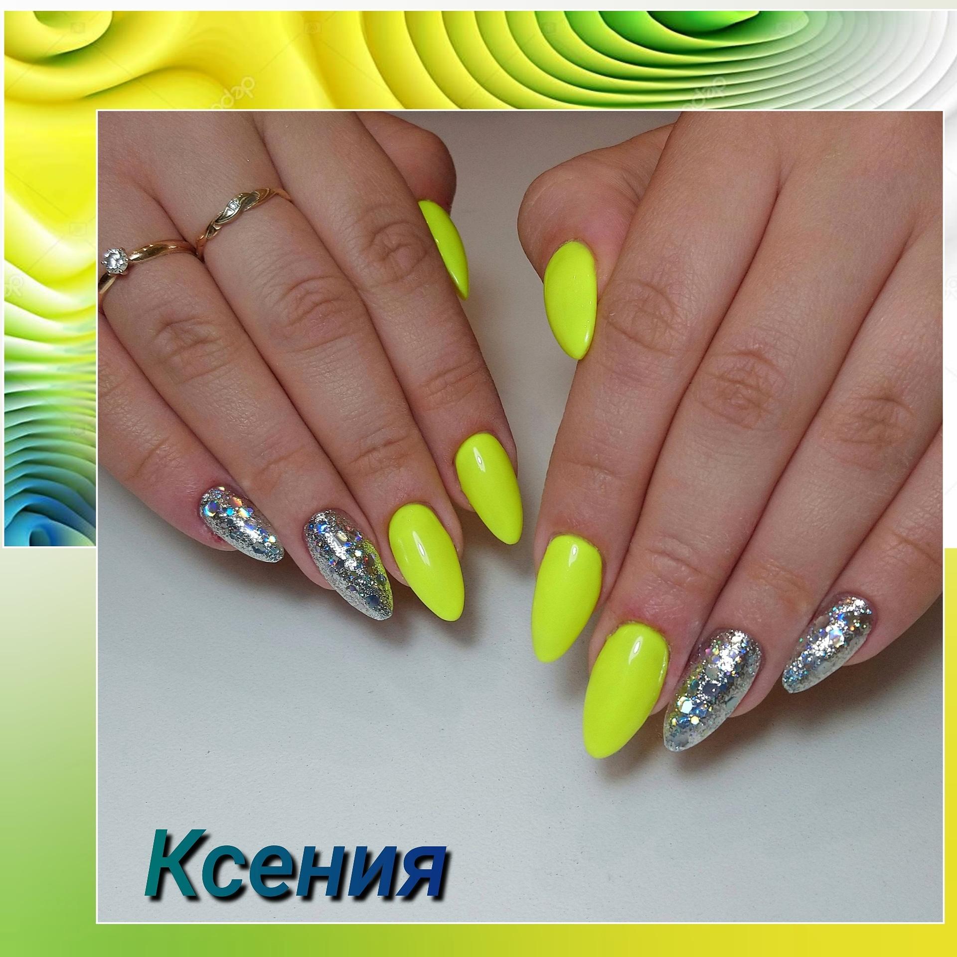 Маникюр с серебряными блестками в желтом цвете на длинные ногти.