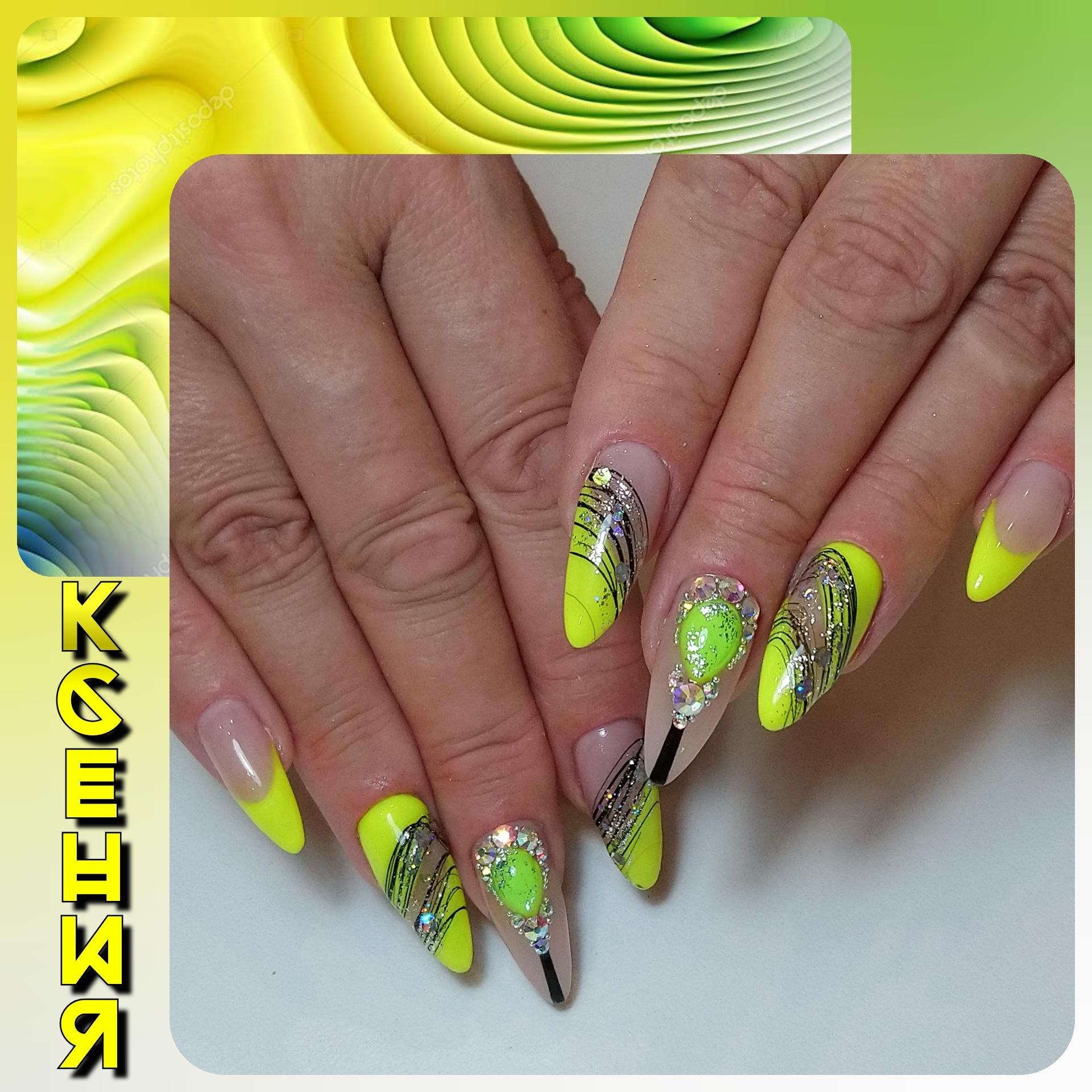 Маникюр с френч-дизайном, паутинкой, блестками и стразами в желтом цвете на длинные ногти.