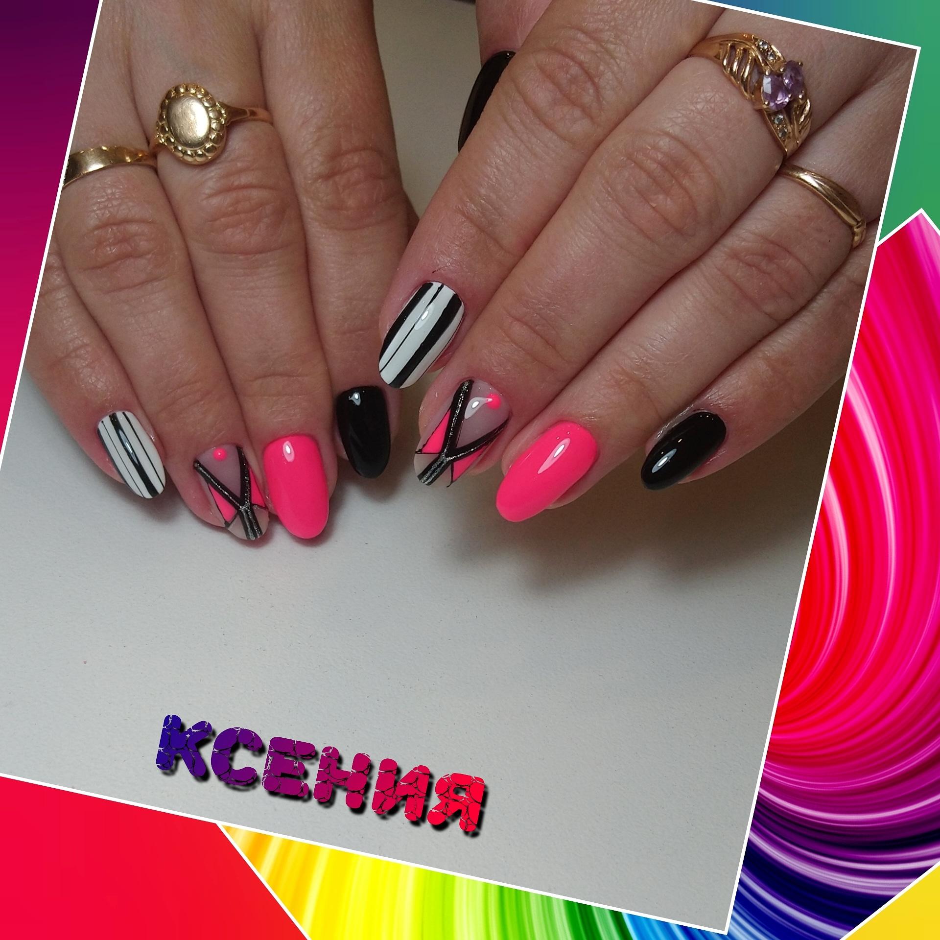 Геометрический маникюр с полосками на короткие ногти.