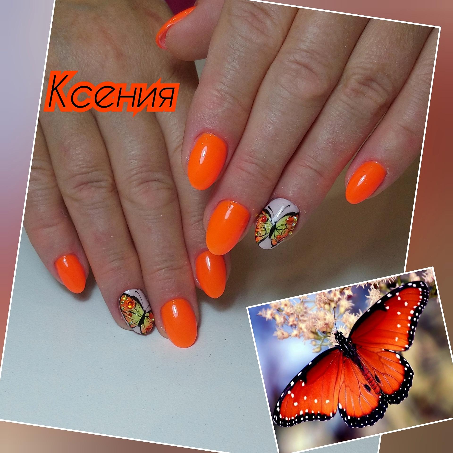 Маникюр с бабочками в оранжевом цвете на короткие ногти.