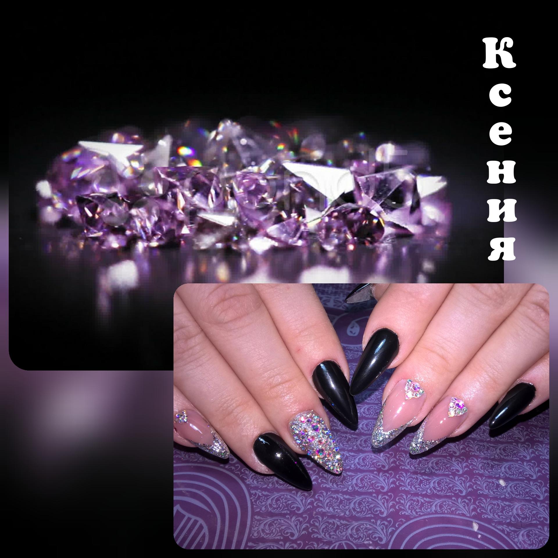 Маникюр в чёрном цвете с нюдовым дизайном, серебряными блёстками и стразами.