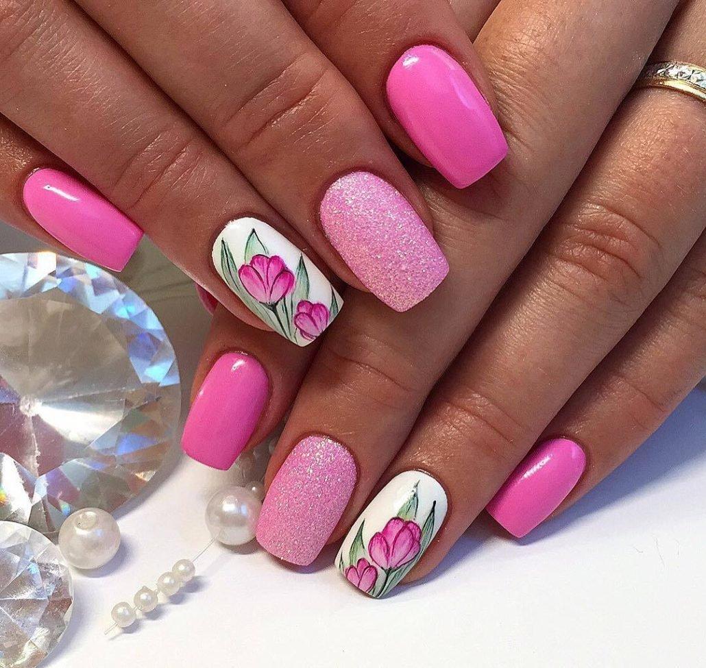 Маникюр с цветочным рисунком и песочным дизайном в розовом цвете.