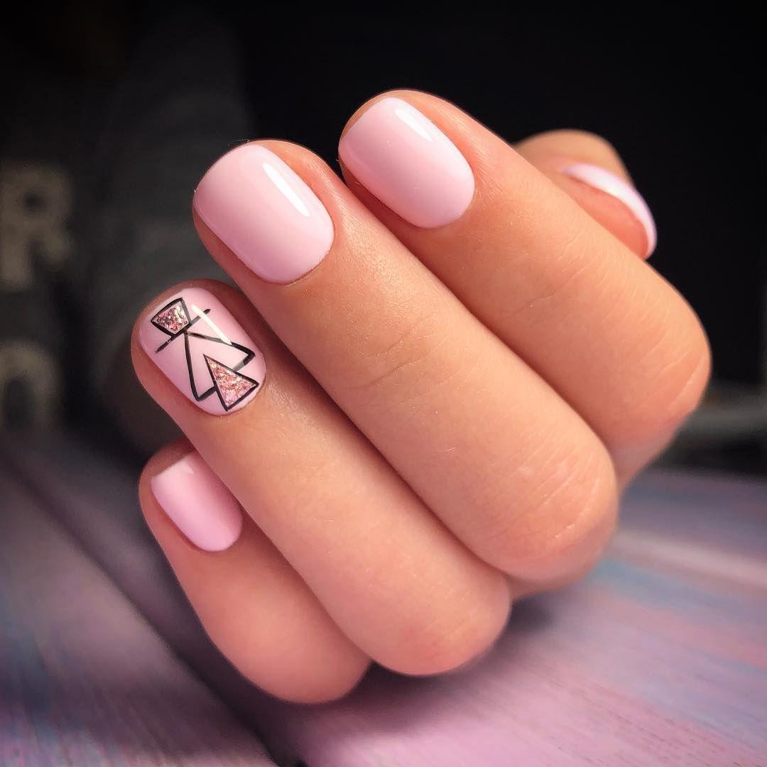 Маникюр в нежном розовом цвете с геометрическим рисунком.