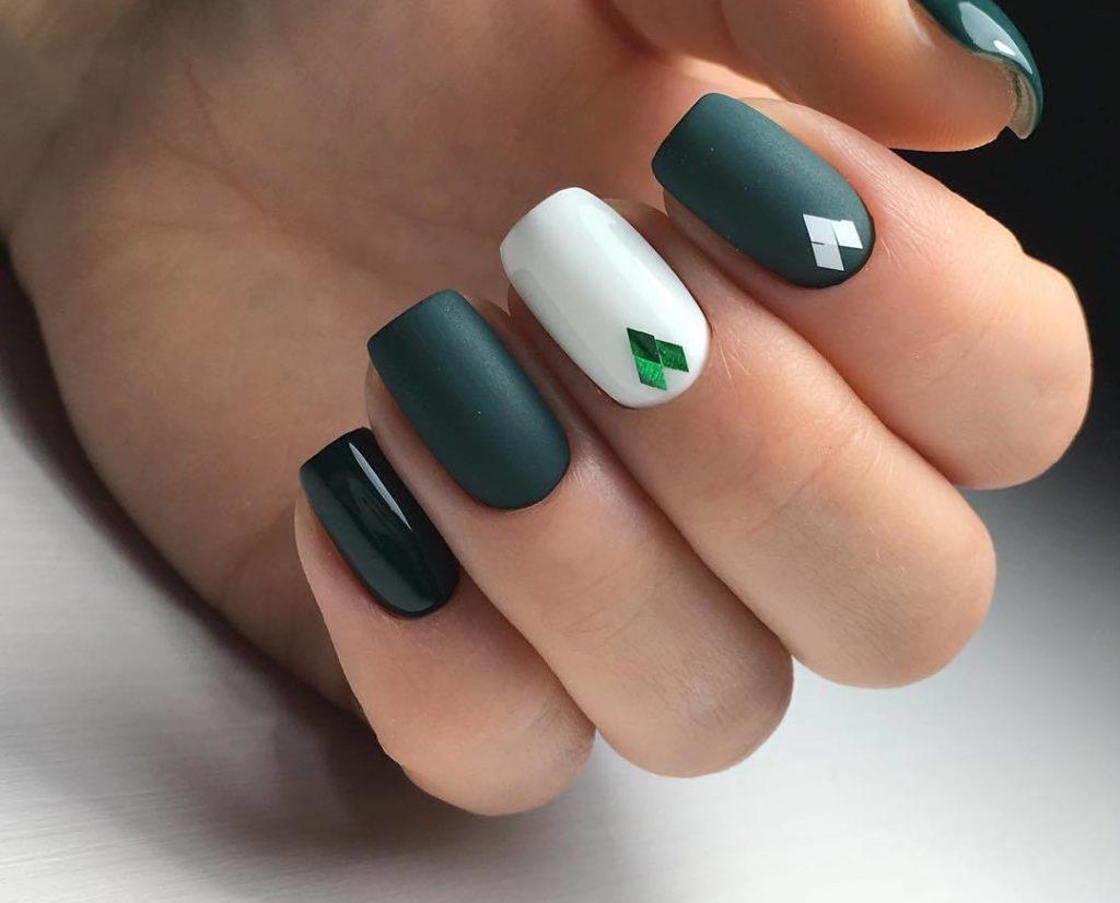 Маникюр с камифубуки в темно-зеленом цвете.