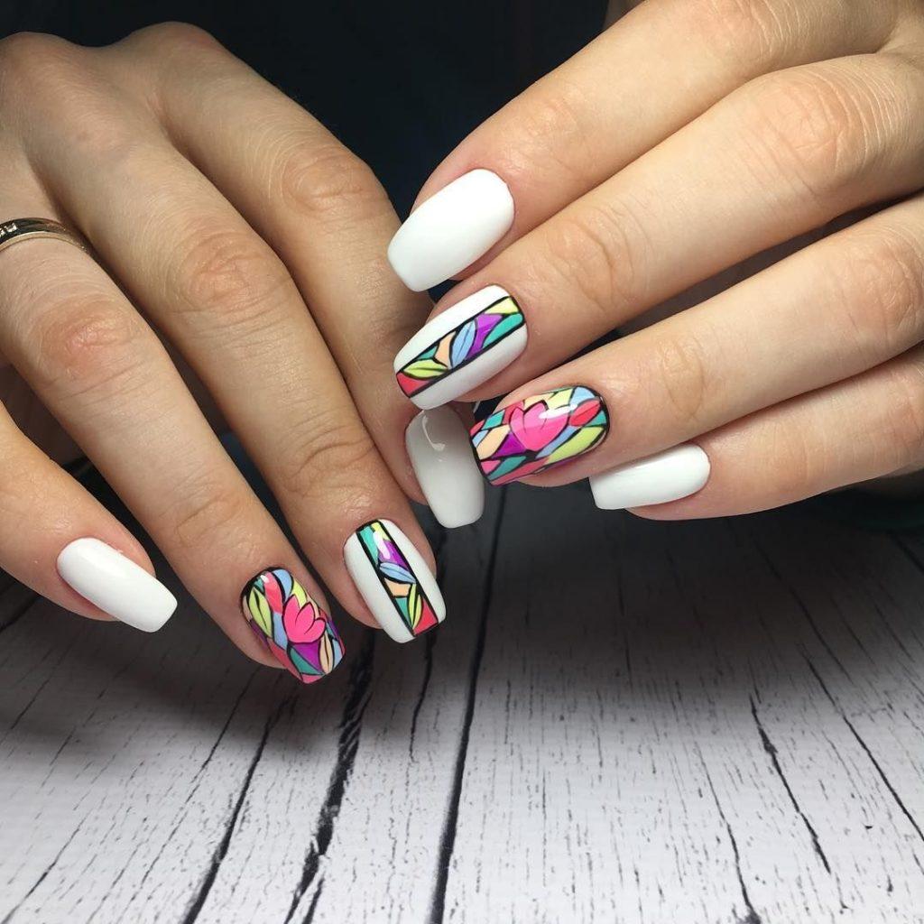 Маникюр с цветочным рисунком в белом цвете на короткие ногти.