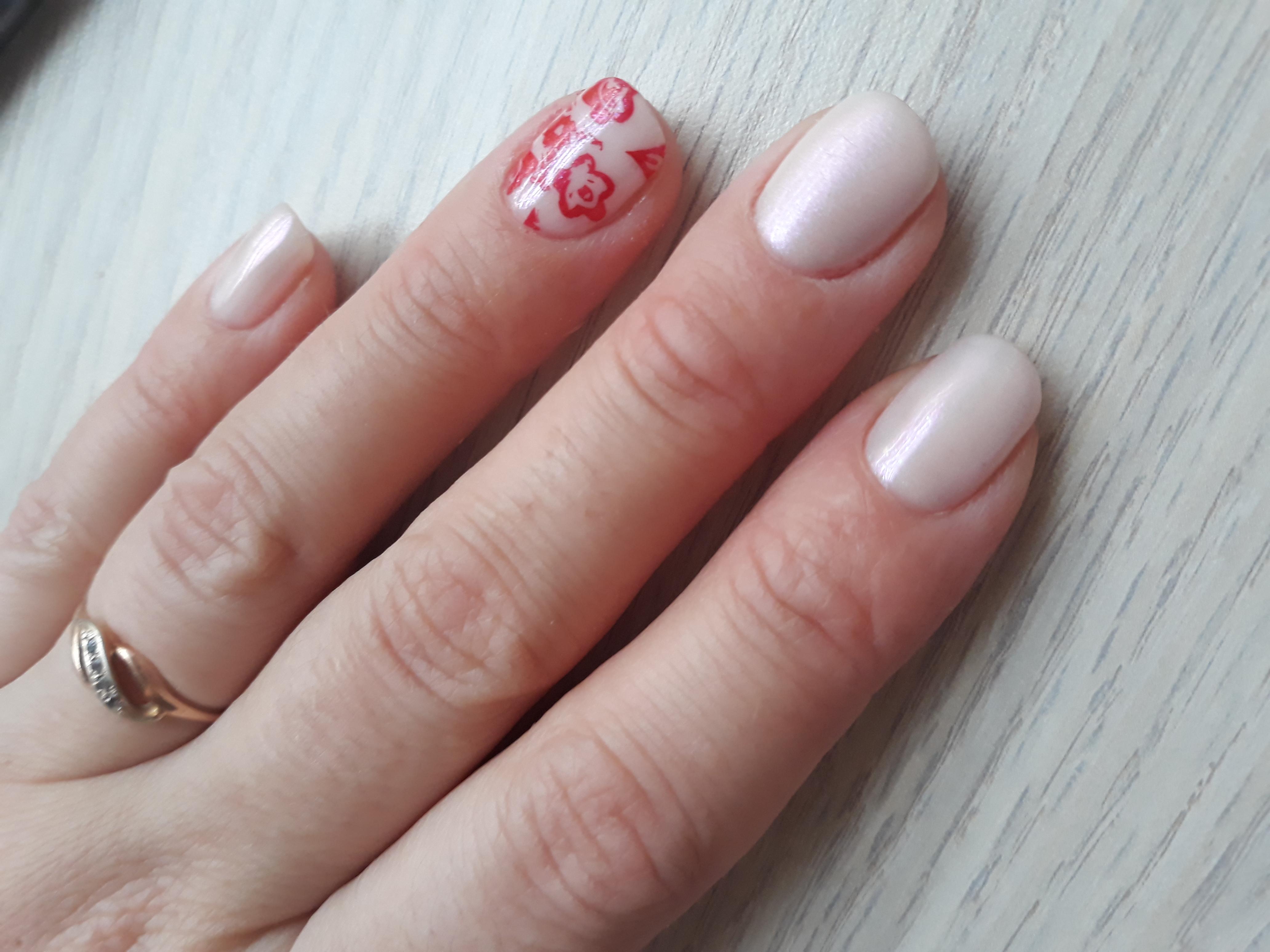 Перламутровый маникюр в молочном цвете с красными слайдерами.