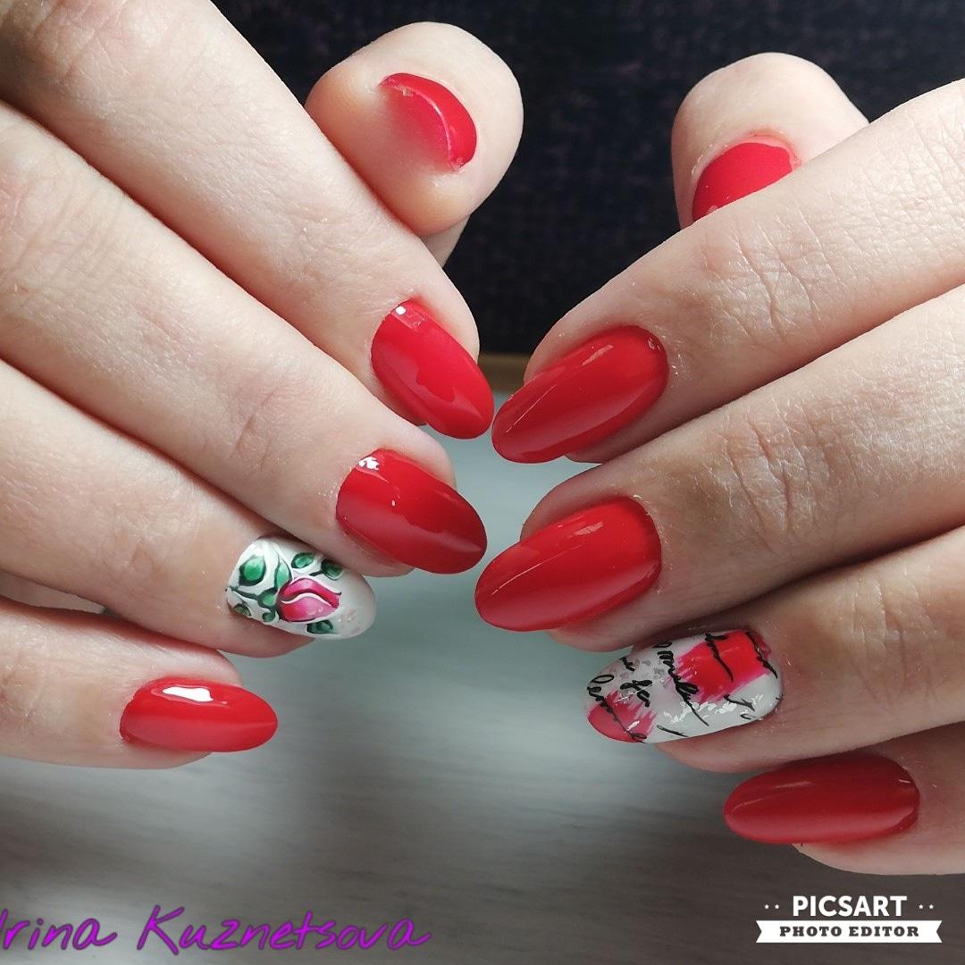 Маникюр в красном цвете с цветочным рисунком, абстрактным дизайном и надписями.