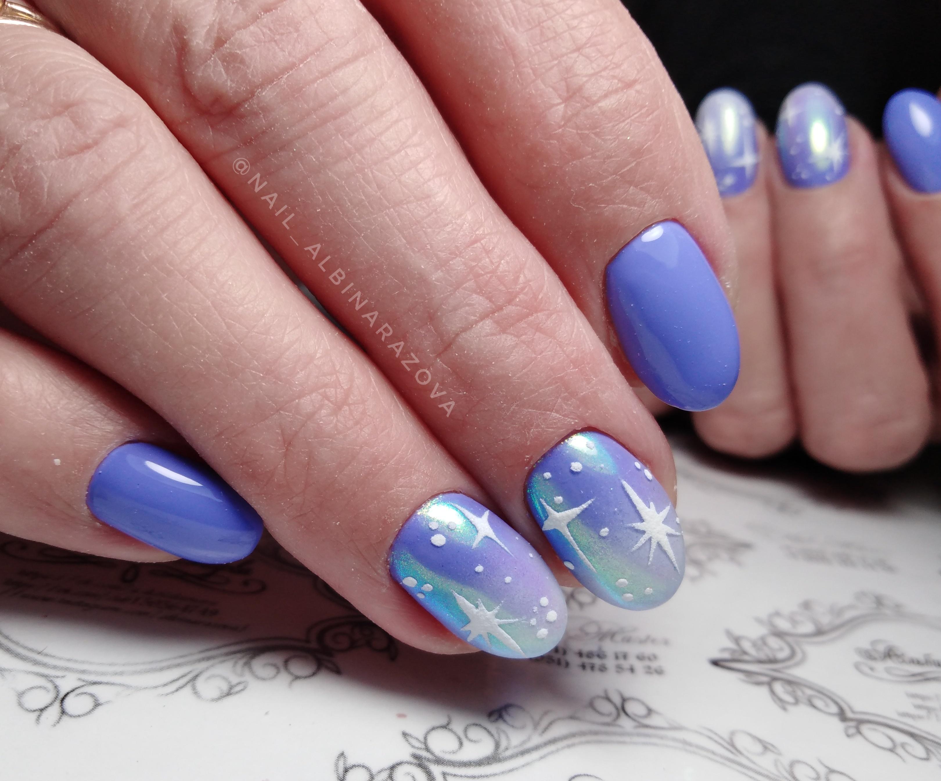 """Маникюр в фиолетовом цвете с блестящей втиркой и песочными рисунками """"звёздочки""""."""