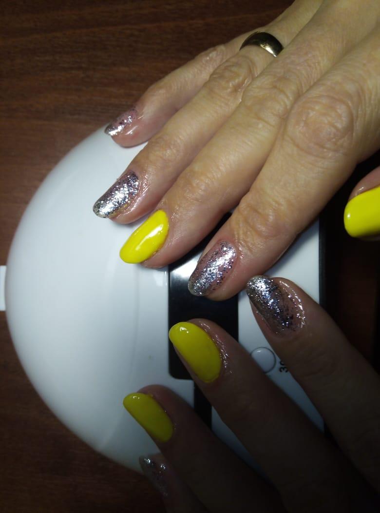 Маникюр в неоновом желтом цвете с серебряными блёстками.