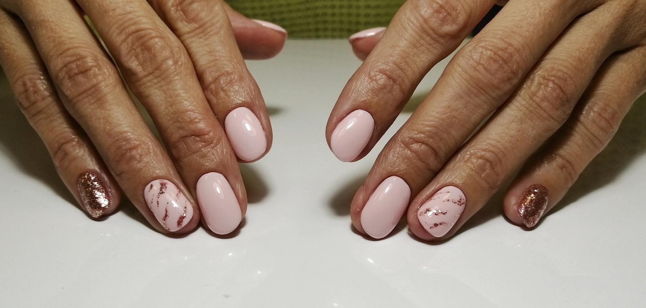 Маникюр в нежном розовом цвете с блёстками в цвете розовое золото.