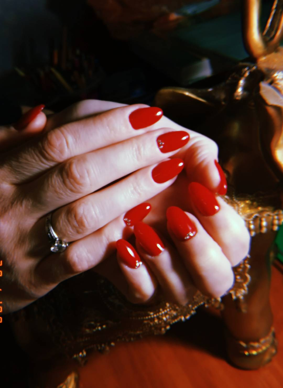 Однотонный маникюр в красном цвете со стразами.