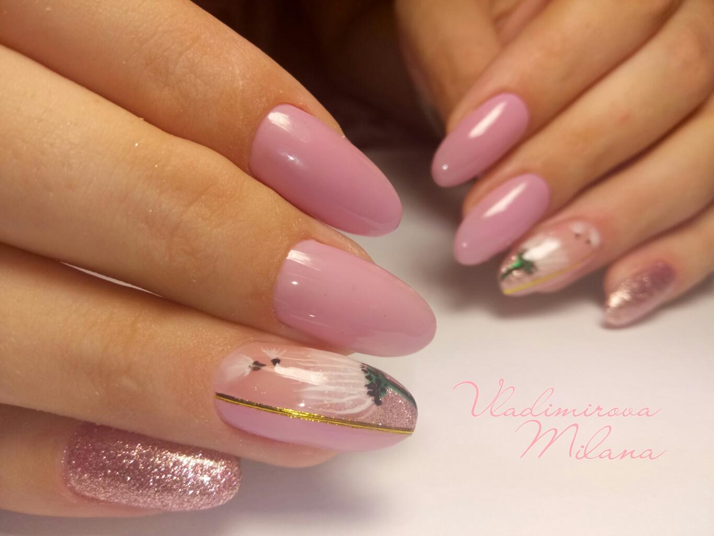 Маникюр с цветочным рисунком и блестками в розовом цвете.
