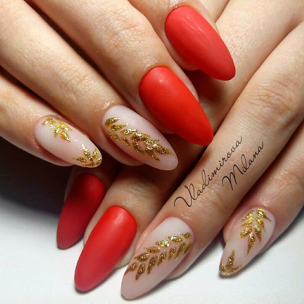 Матовый маникюр с нюдовым дизайном и золотыми блестками в красном цвете.