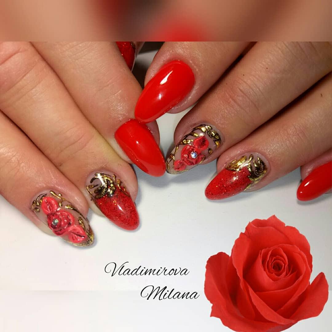 Маникюр с цветочной лепкой и золотыми блестками в красном цвете.