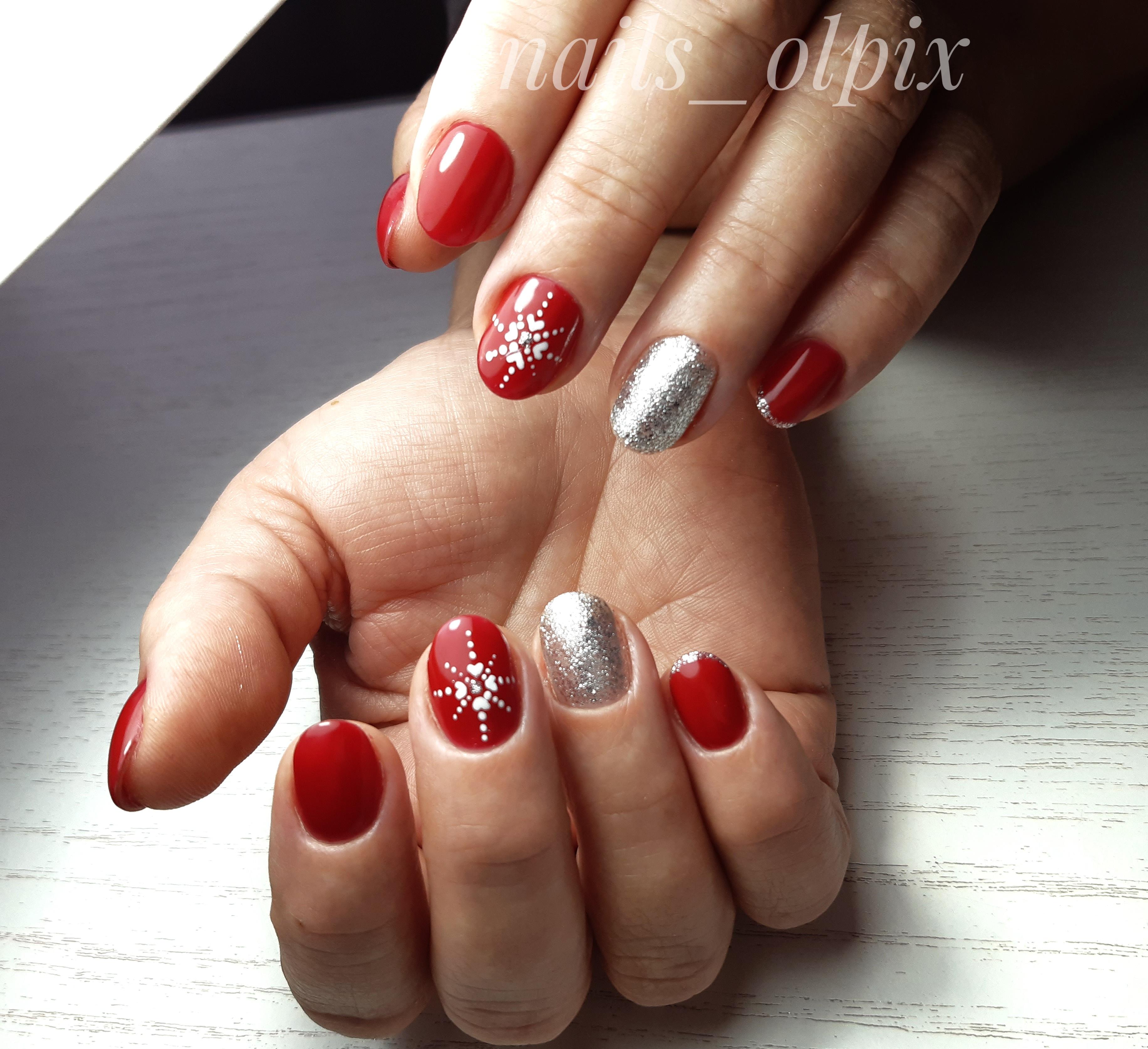 Маникюр в красном цвете со слайдерами и серебряными блёстками.