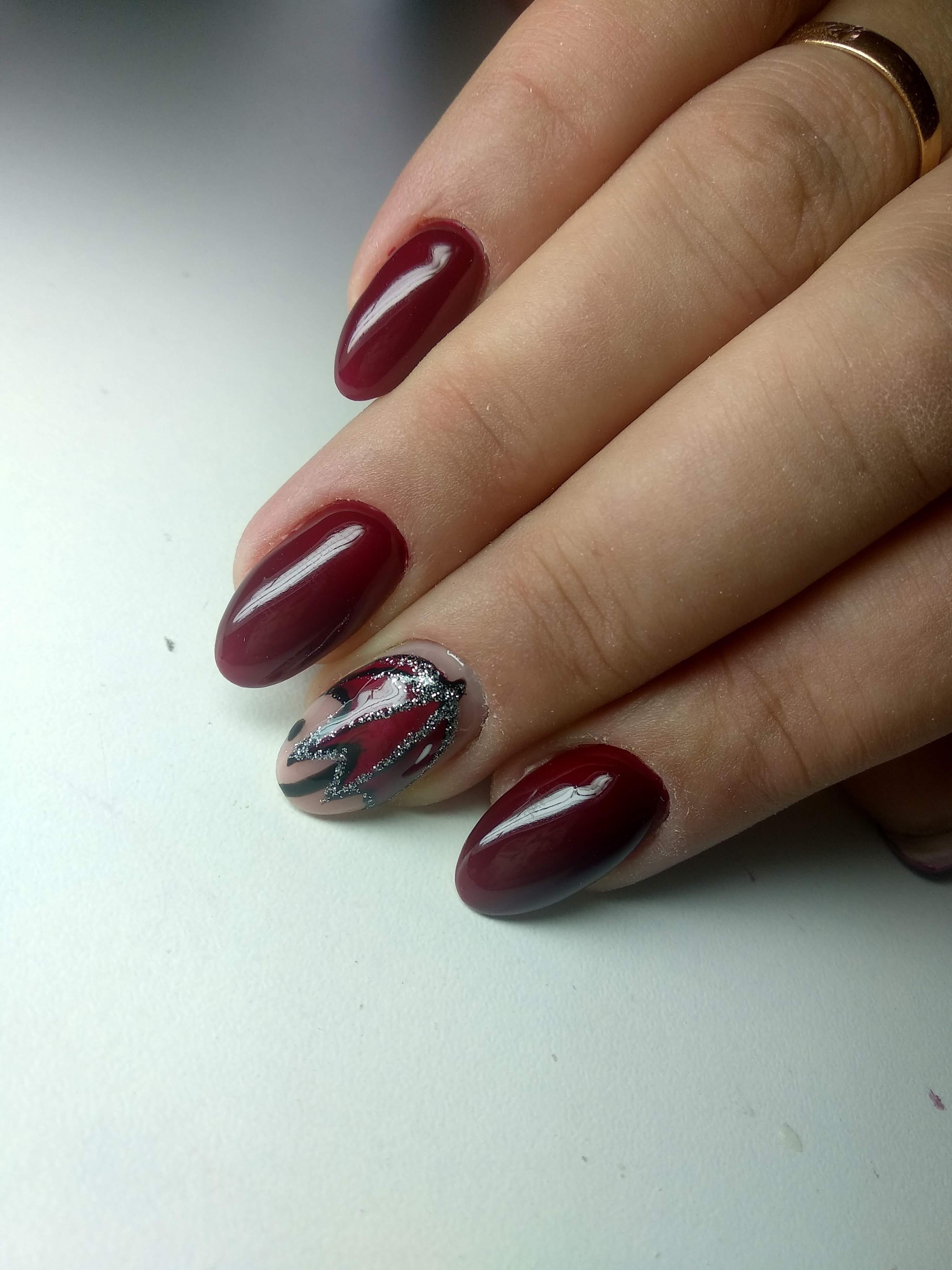 """Однотонный маникюр в бордовом цвете с рисунком """"зонтик"""" и серебряными блёстками."""