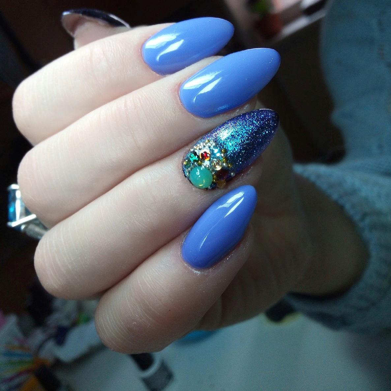Маникюр в синем цвете с блестящим дизайном и цветными объёмными стразами.