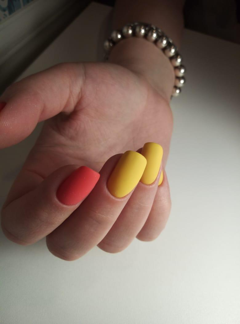 Матовый однотонный маникюр в жёлтом цвете с ярким акцентом.