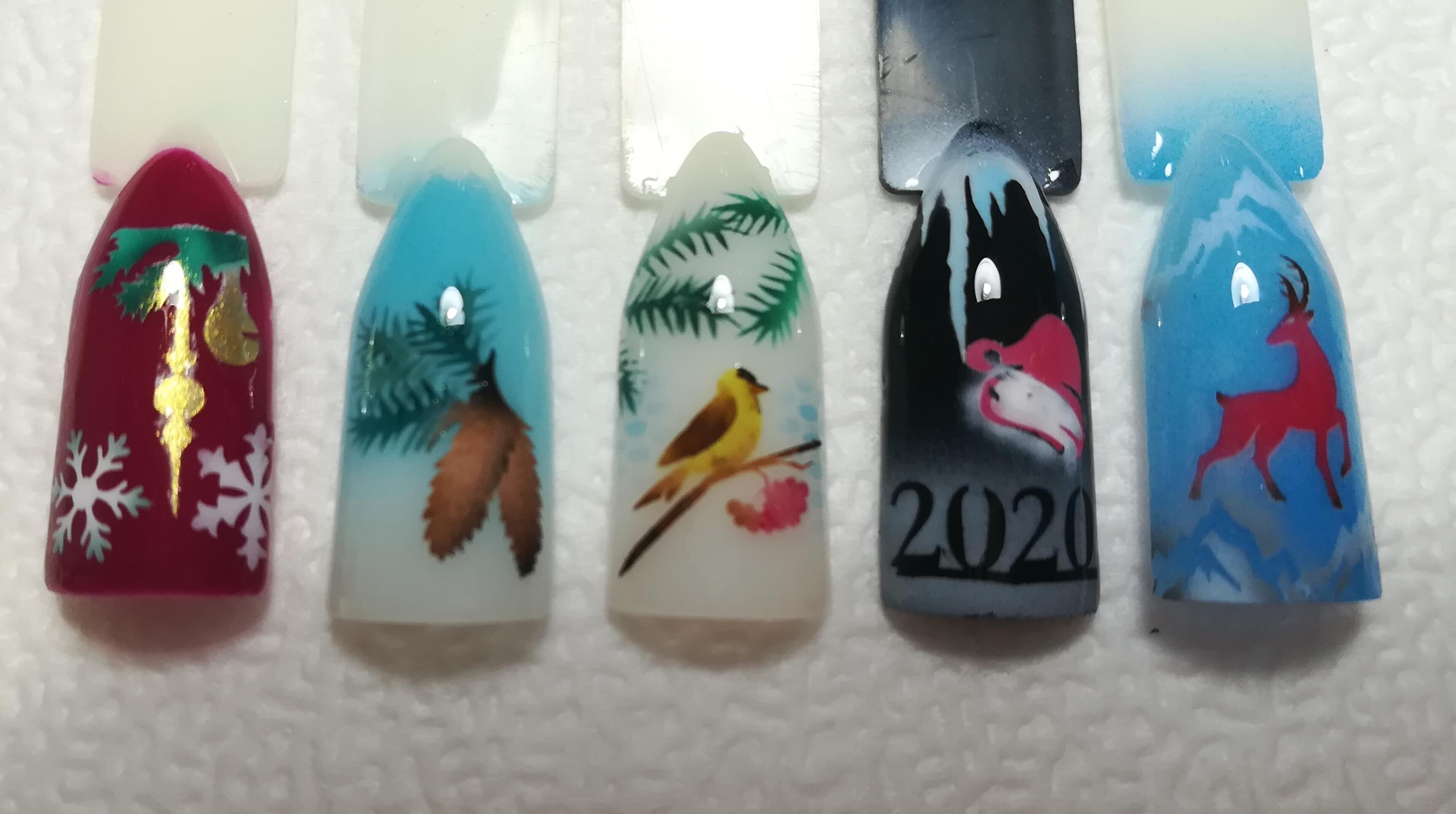 Цветной глянцевый маникюр с зимним новогодним дизайном.