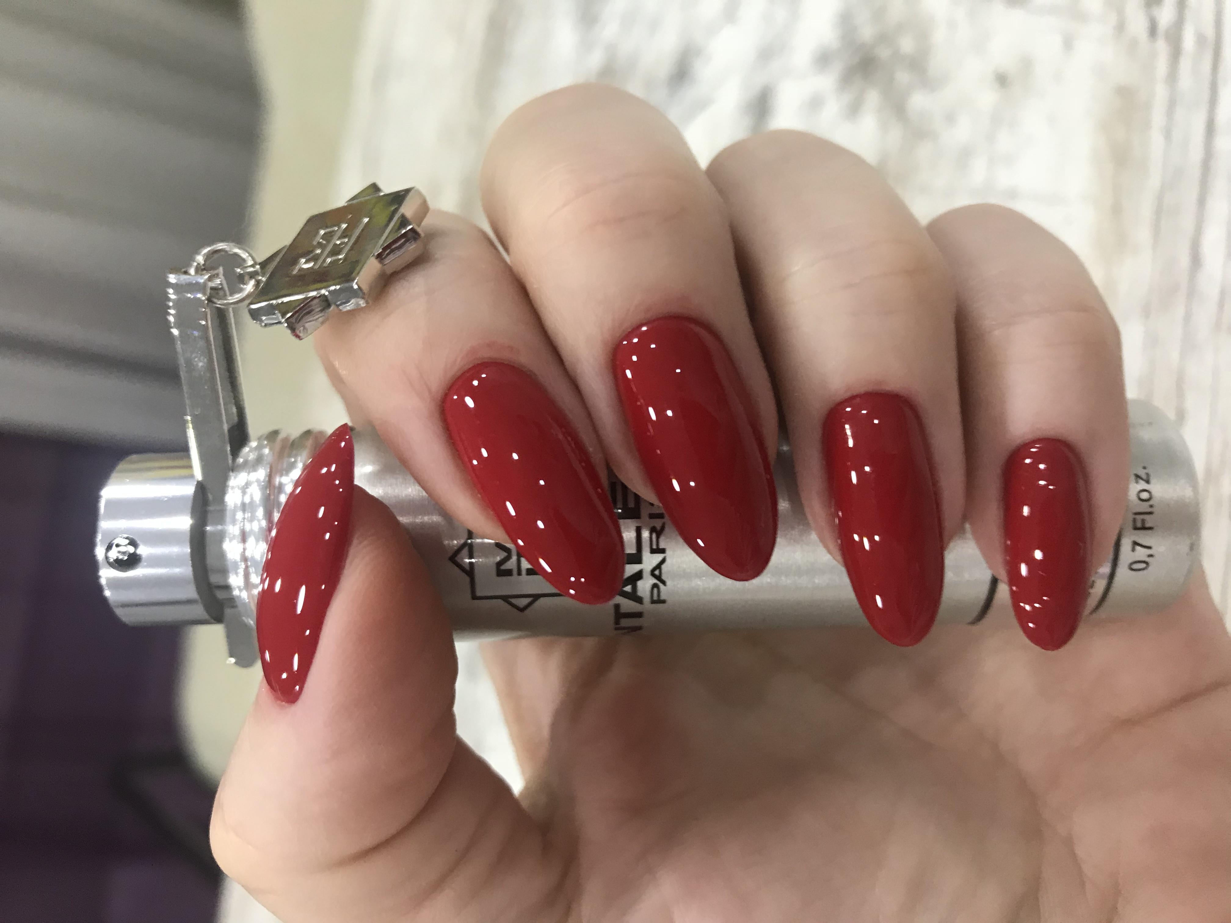 Однотонный маникюр в тёмно-красном цвете.
