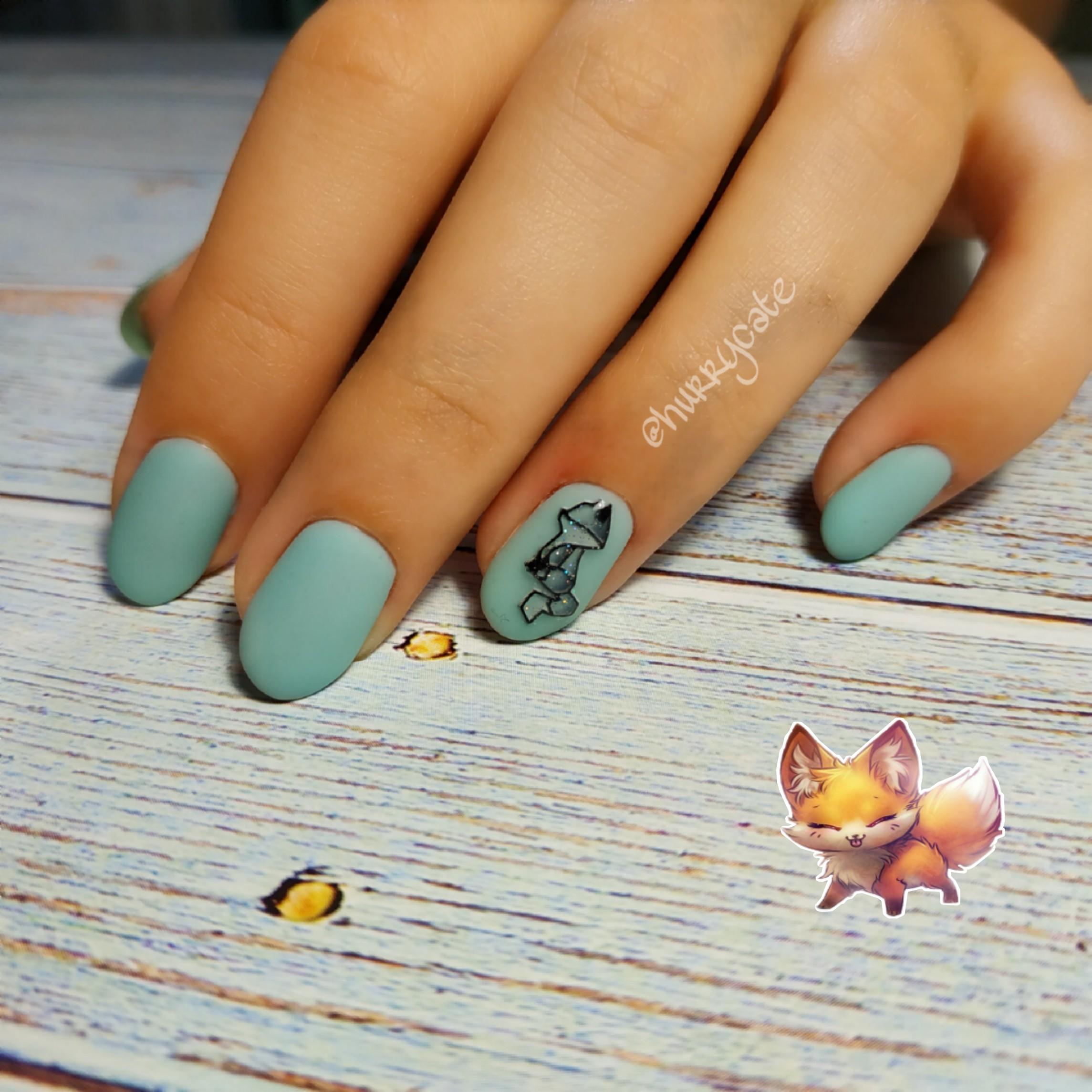 """Матовый маникюр в бирюзовом цвете со слайдером """"лисёнок"""" и блёстками."""