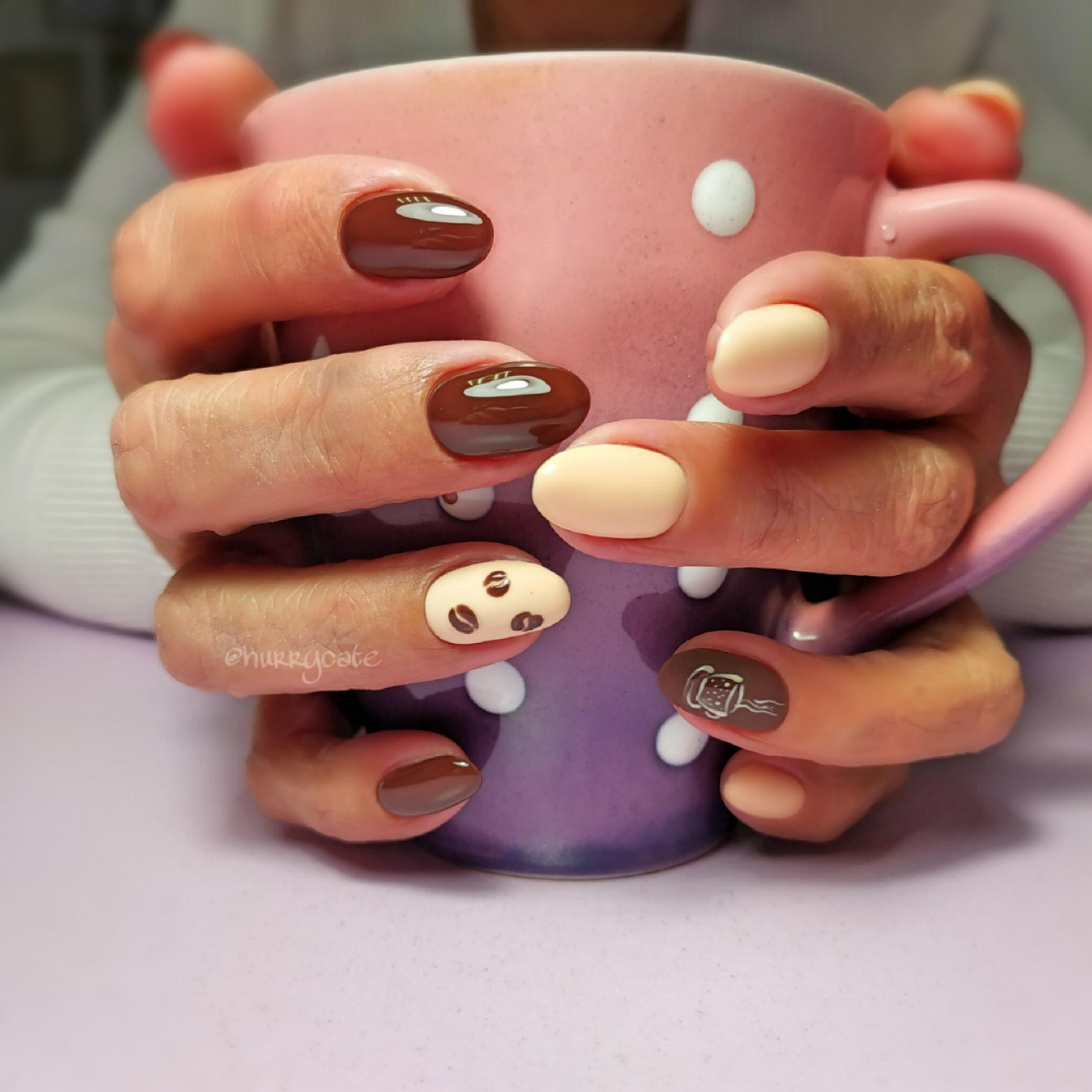 """Разноцветный глянцевый маникюр с рисунками """"кофе"""" и """"чашка""""."""