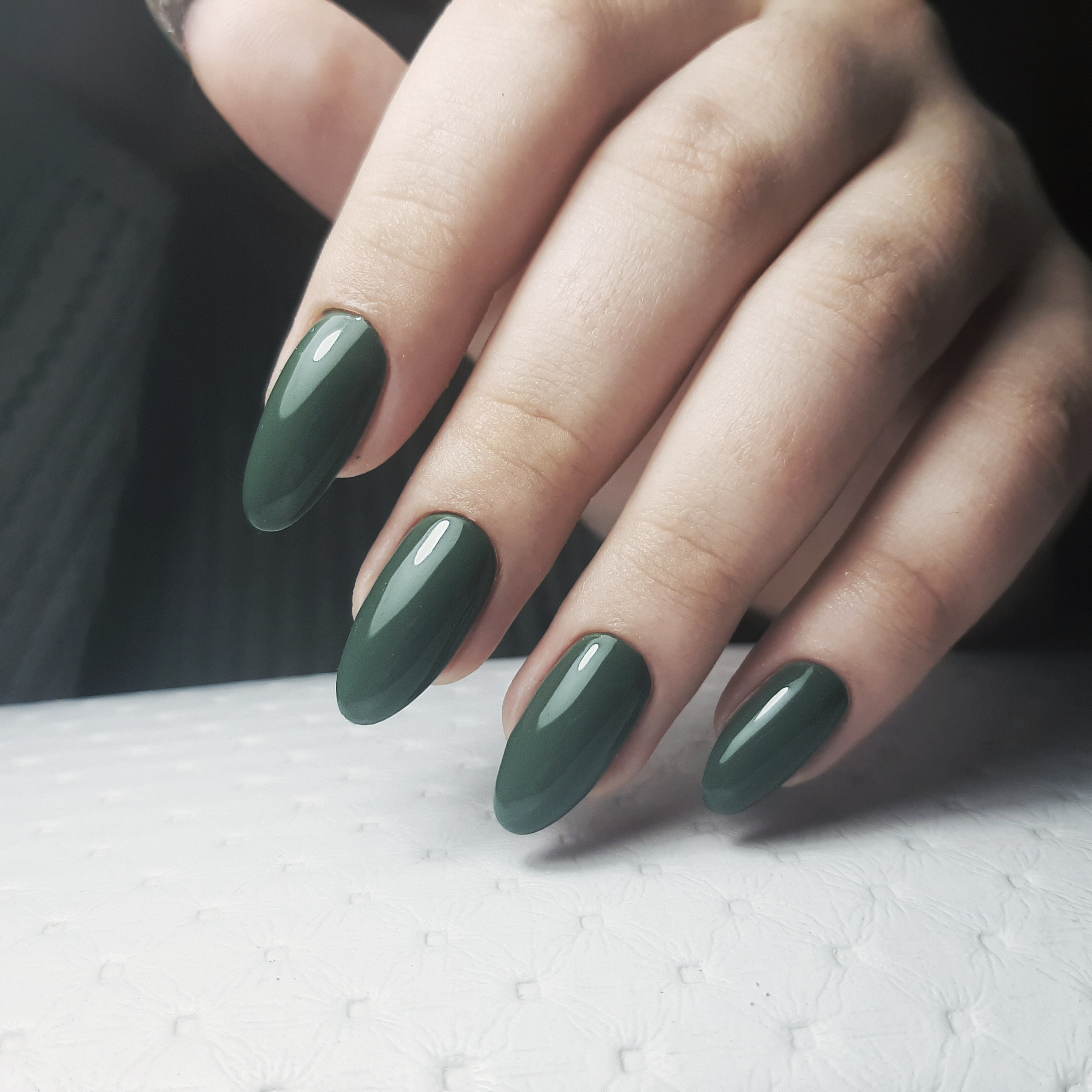 Однотонный маникюр в тёмно-зелёном цвете.