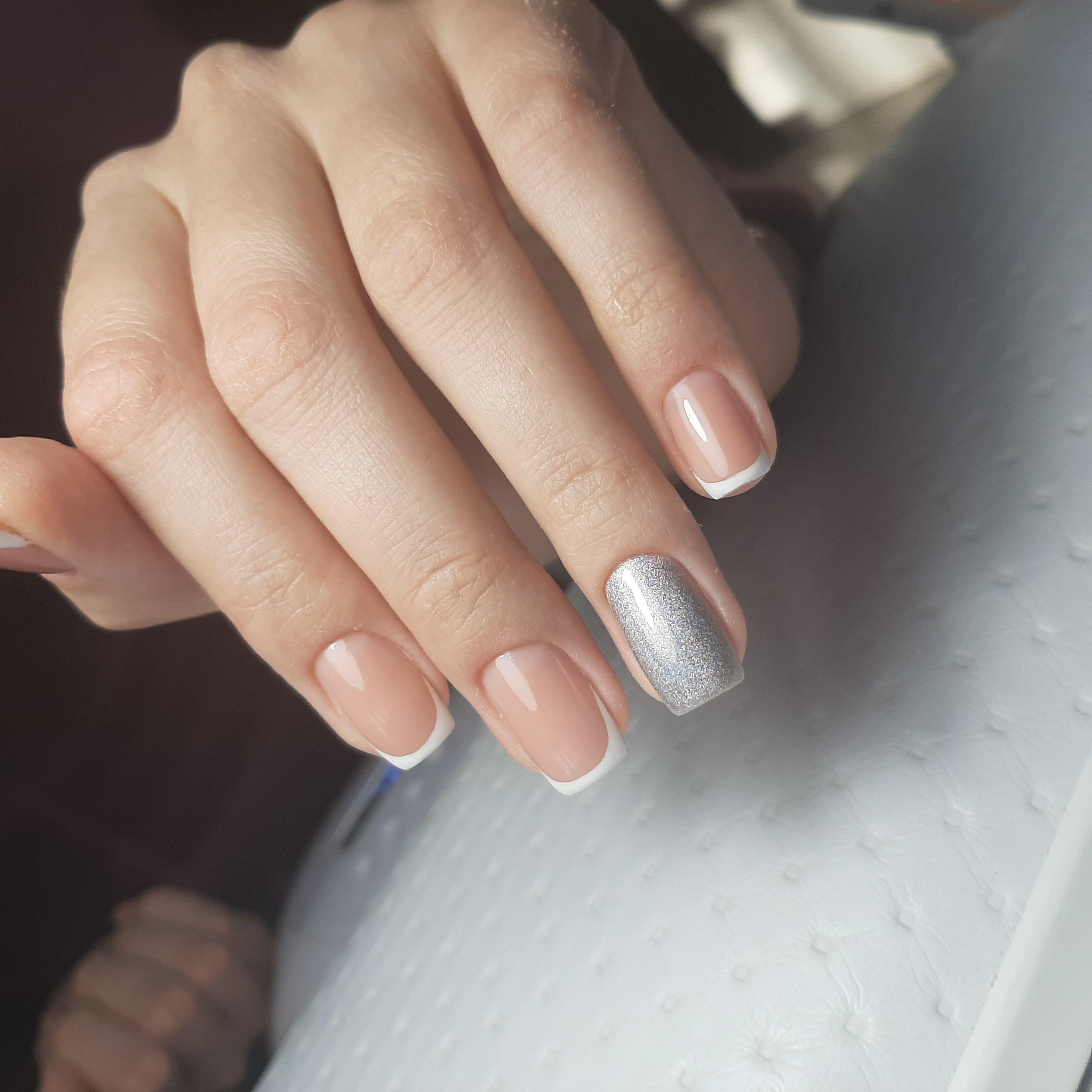 Классический французский маникюр с серебряной втиркой.