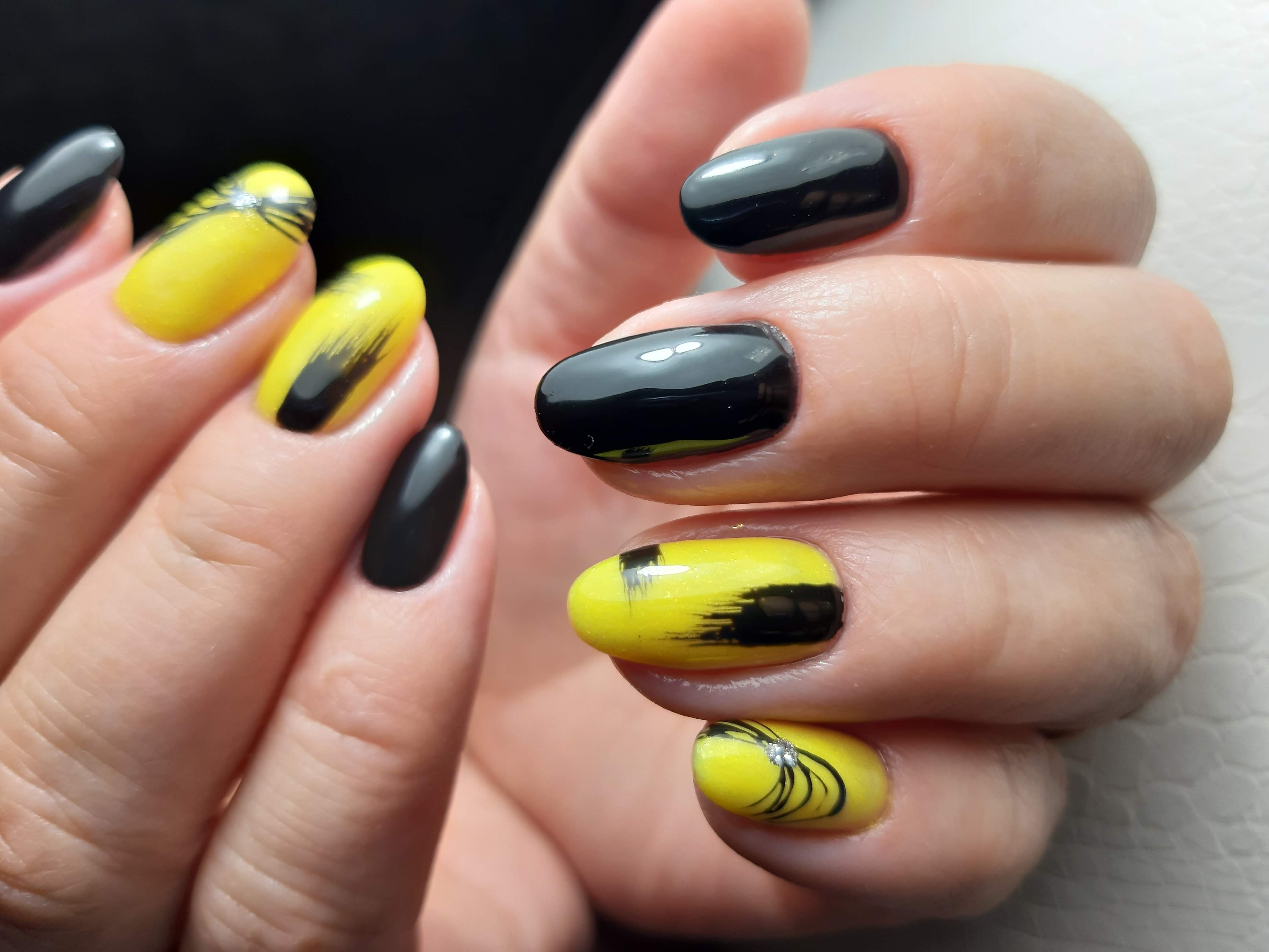 """Констрастный маникюр в чёрном и жёлтом цветах с """"пайтинкой"""" и блёстками."""