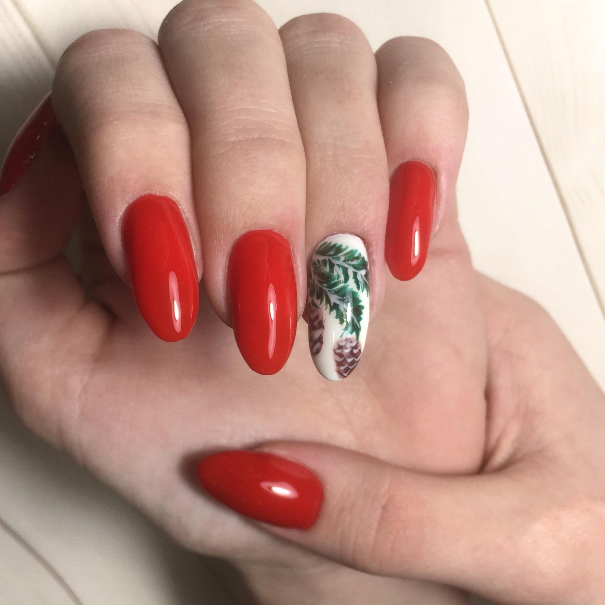 """Маникюр в красном цвете с зимним рисунком """"еловая ветвь""""."""