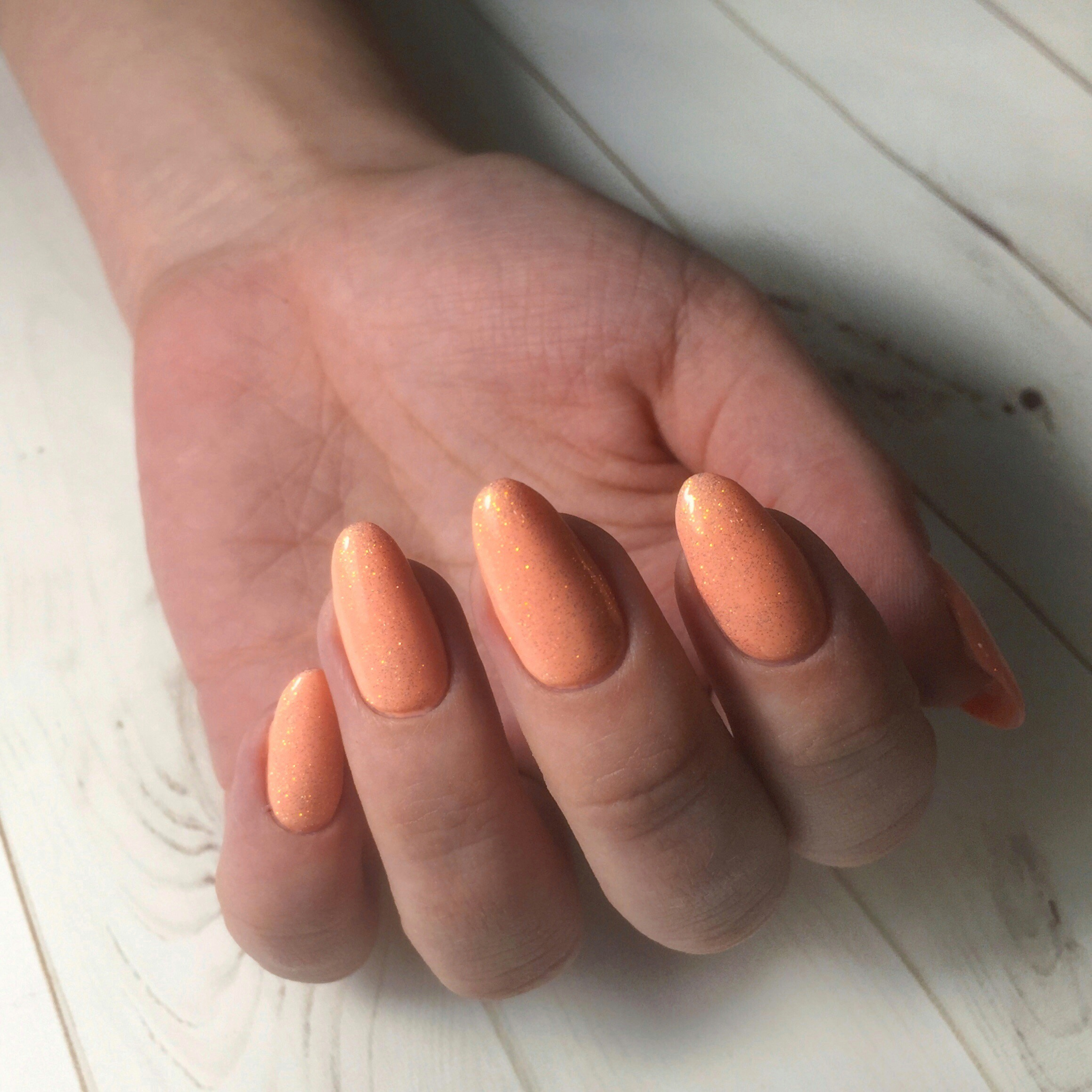 Маникюр с блестками в персиковом цвете.