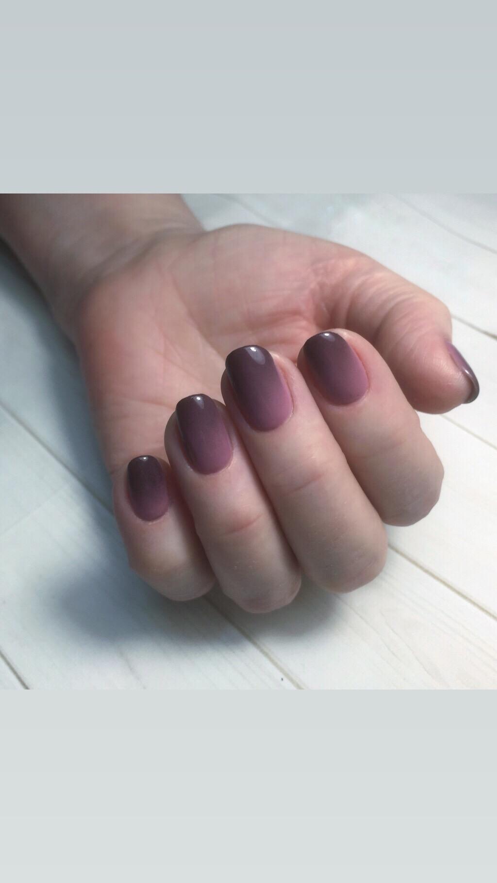 Маникюр с градиентом в фиолетовом цвете.