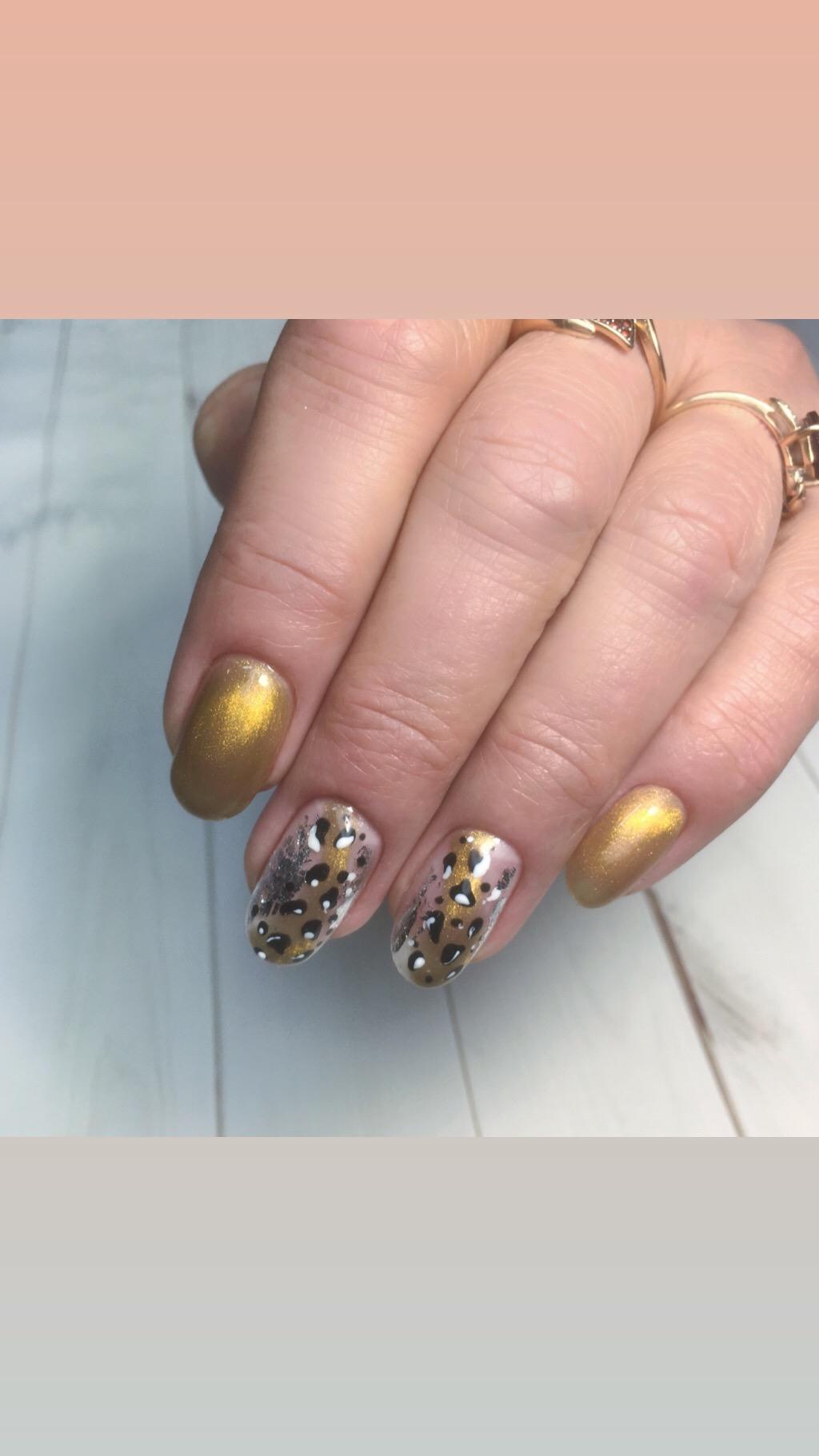 Маникюр с золотыми блестками и леопардовым принтом.