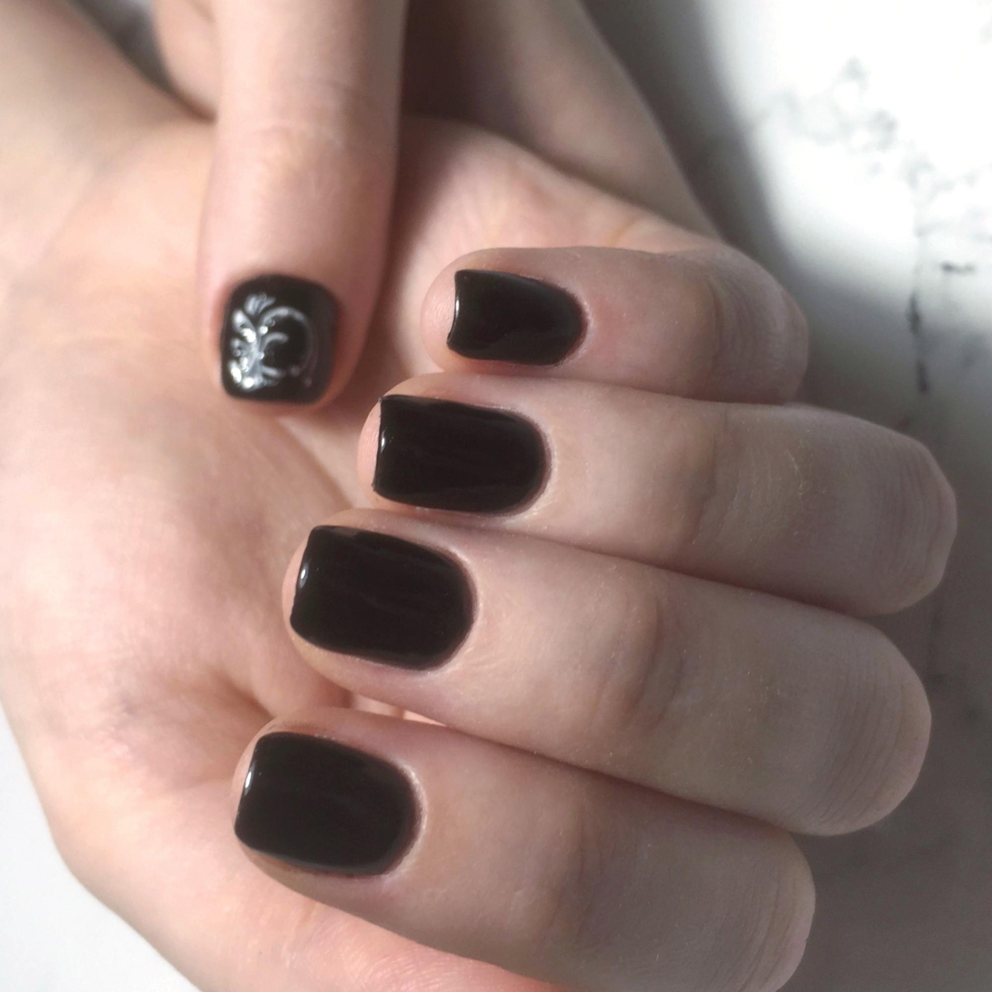 Маникюр с серебряным рисунком в черном цвете.