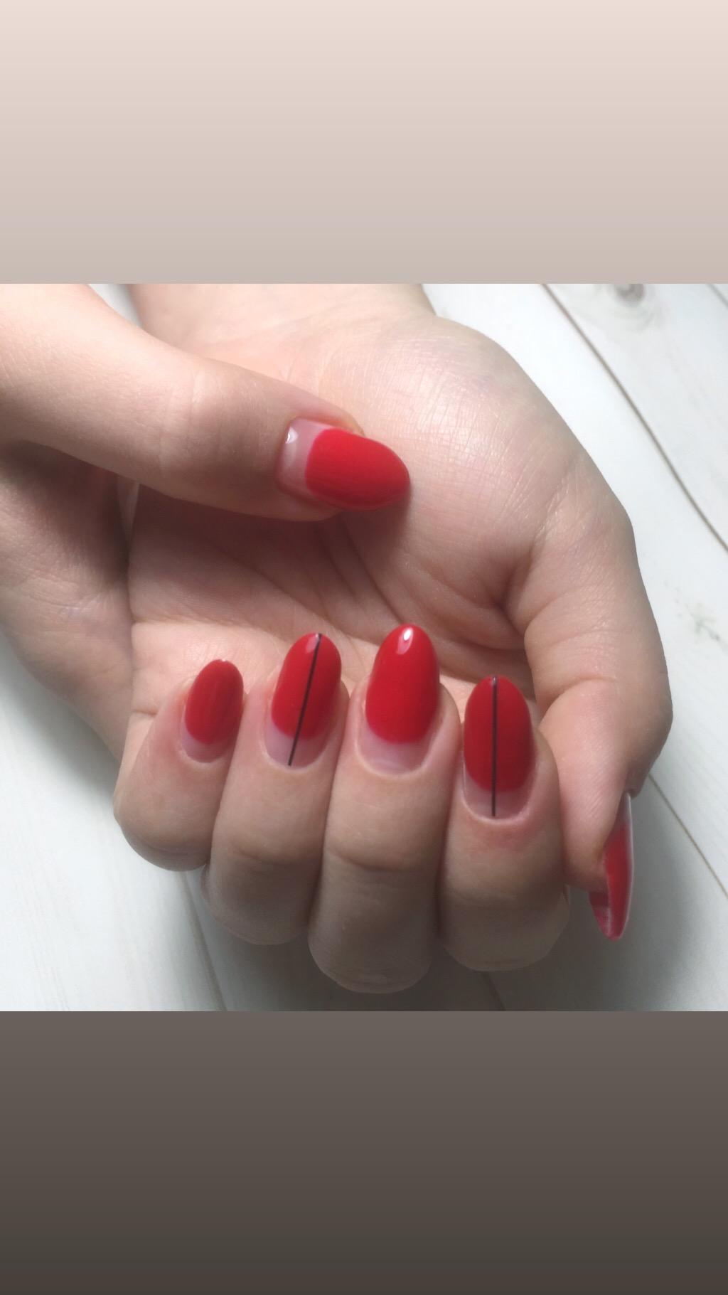 Лунный маникюр с полосками в красном цвете.