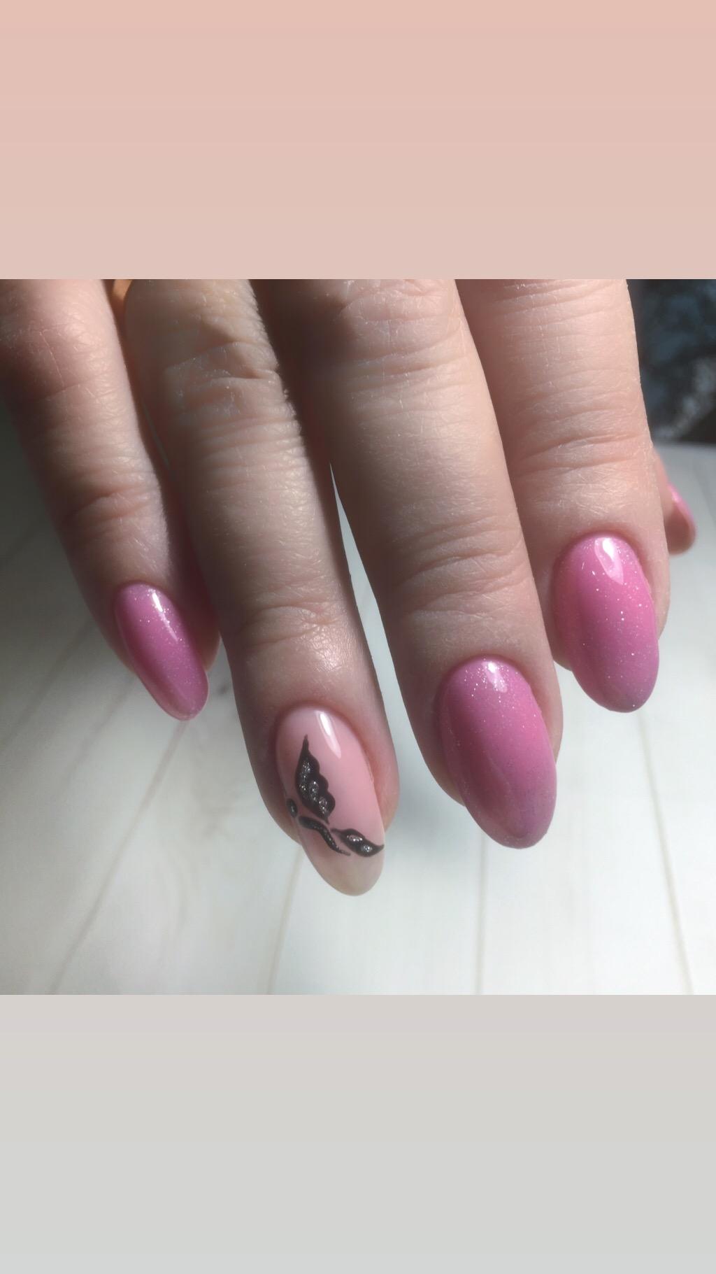 Маникюр с бабочкой в розовом цвете.