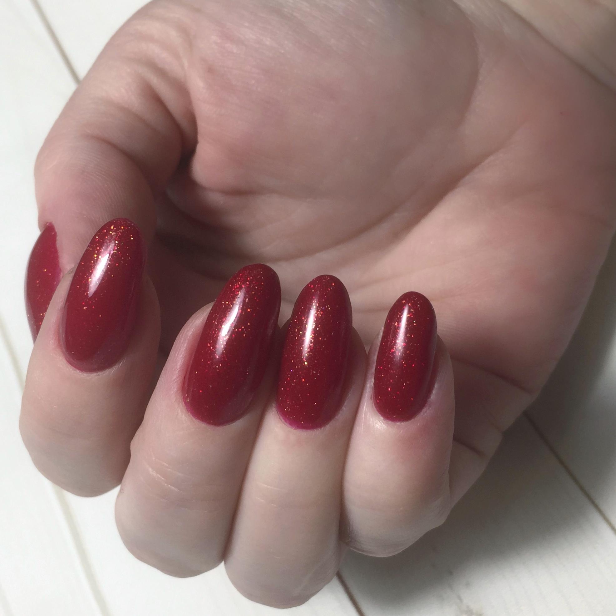 Маникюр с блестками в темно-красном цвете.