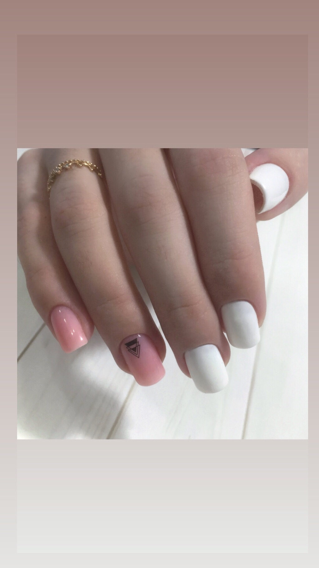 Маникюр с нюдовым дизайном и геометрическими слайдерами в белом цвете.