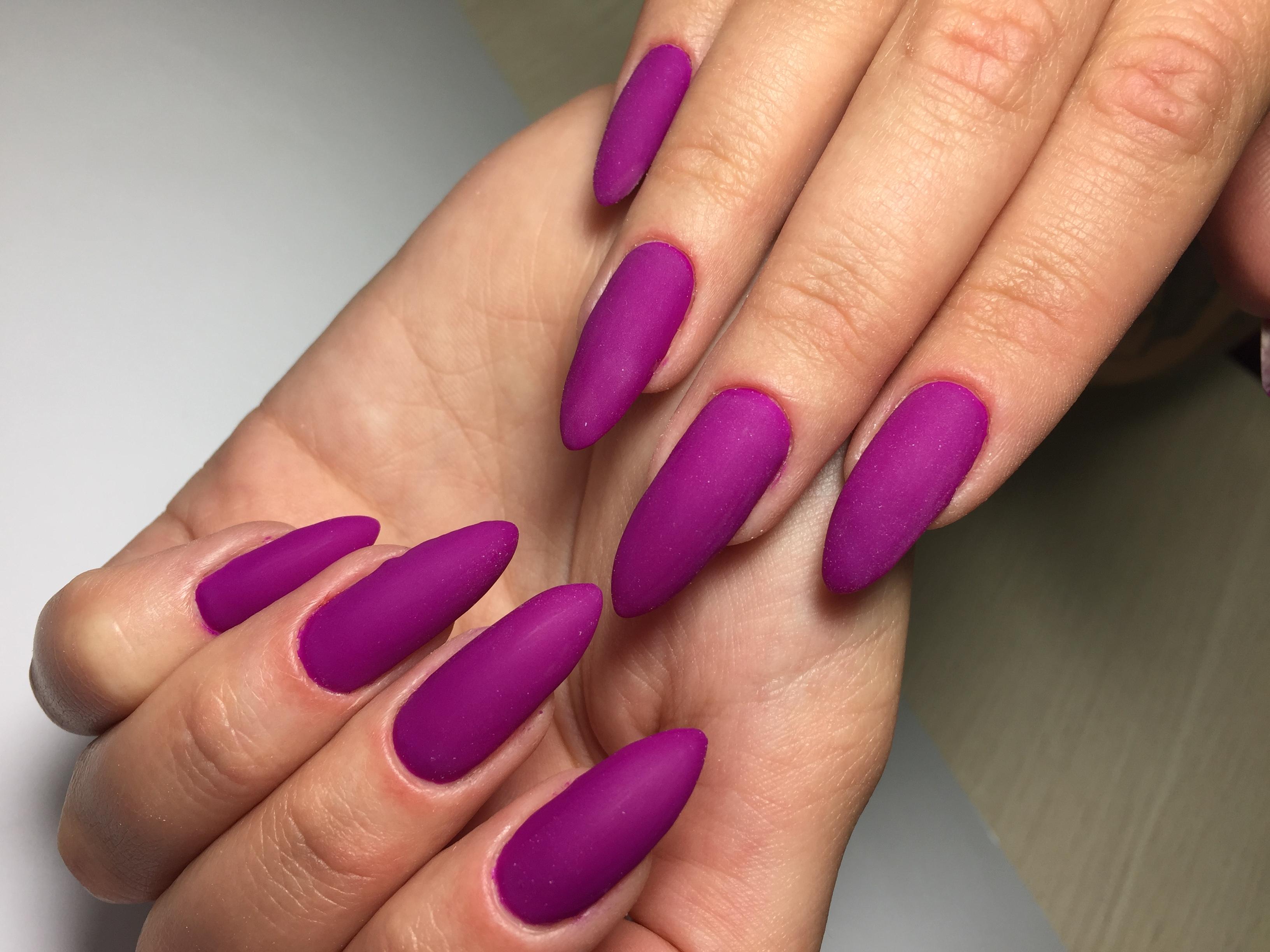 Матовый однотонный маникюр в фиолетовом цвете.