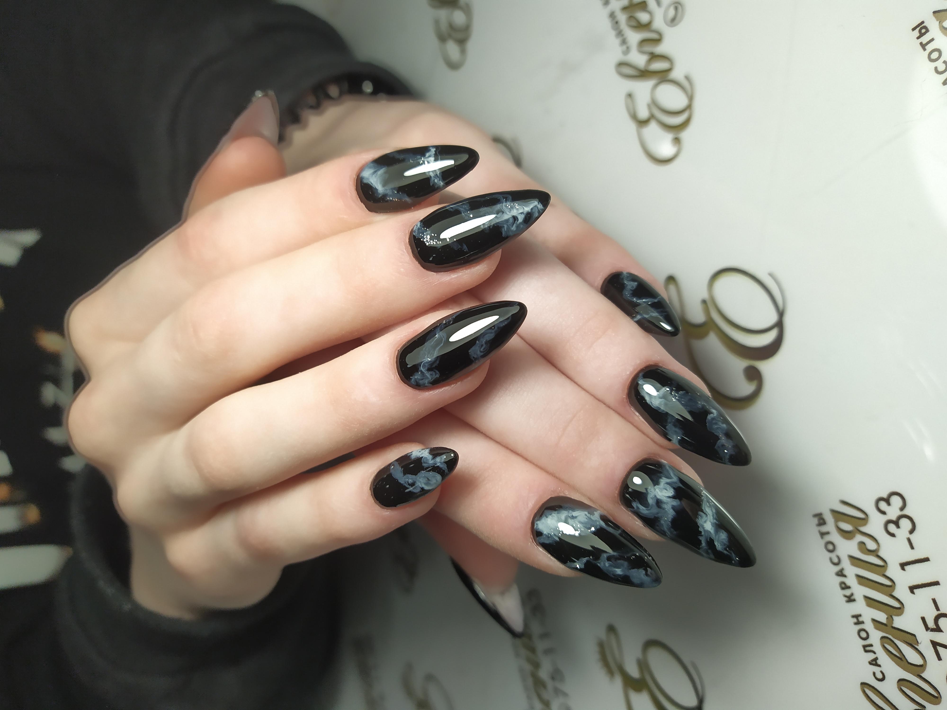 Маникюр с мраморным эффектом в чёрном цвете.