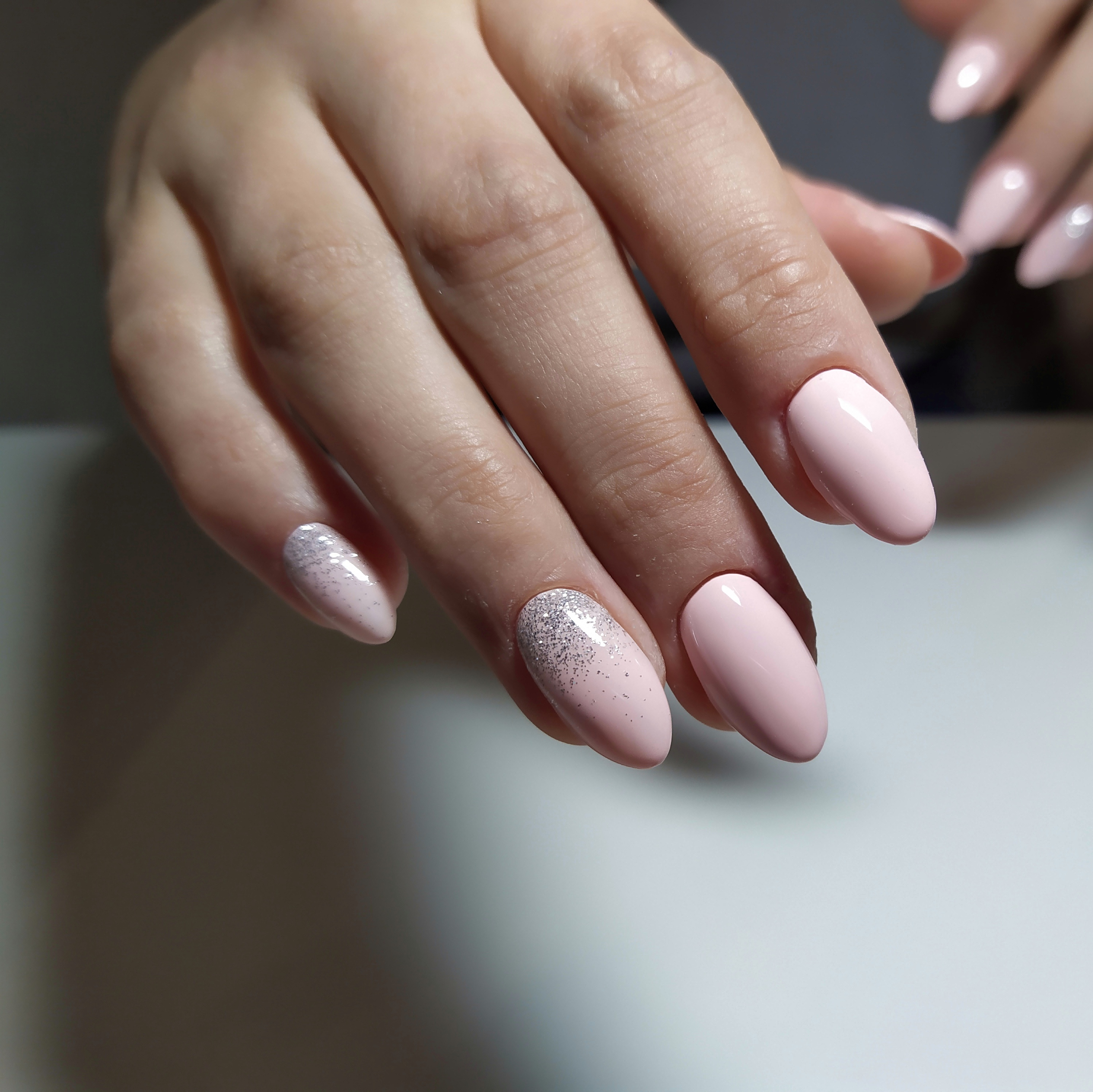 Маникюр в нежно-розовом цвете с серебряными блёстками.