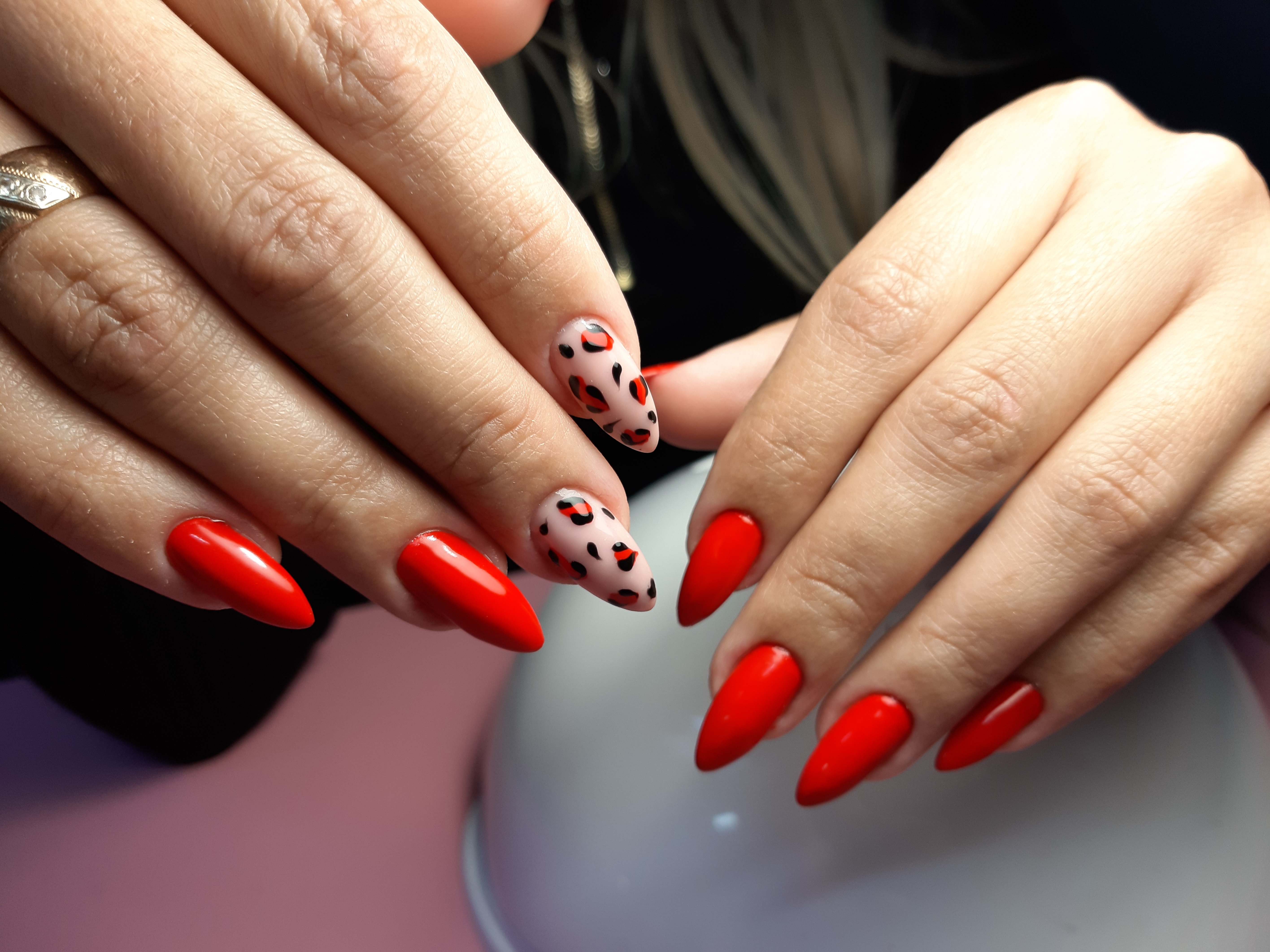 Маникюр в красном цвете с леопардовым принтом.