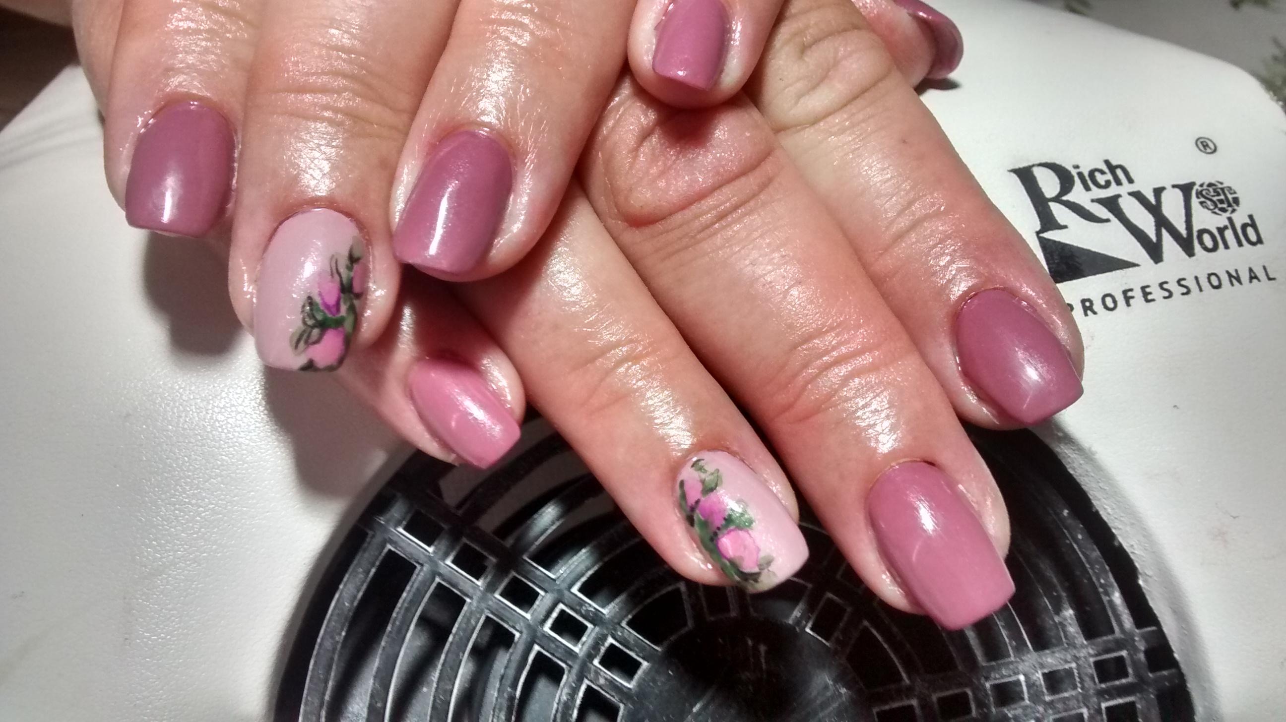 Маникюр в лиловом цвете с цветочным рисунком.